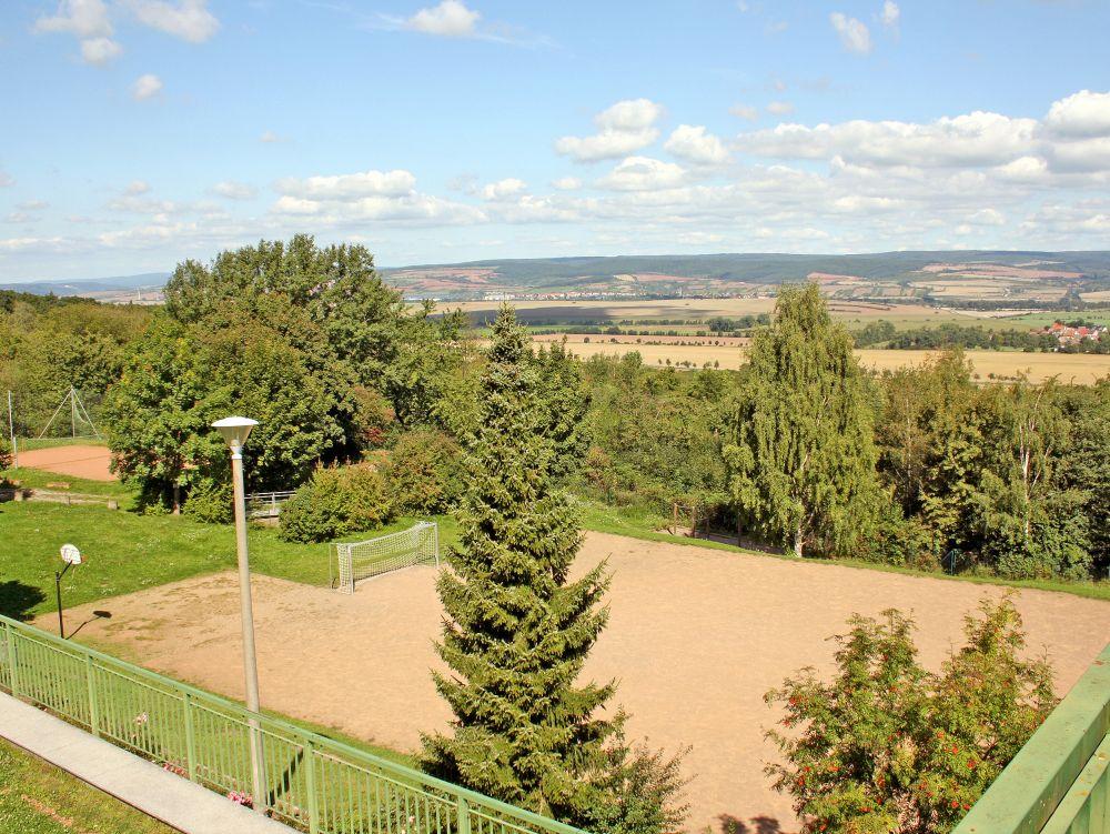 Jugendherberge Kelbra - Blick auf den Sportplatz