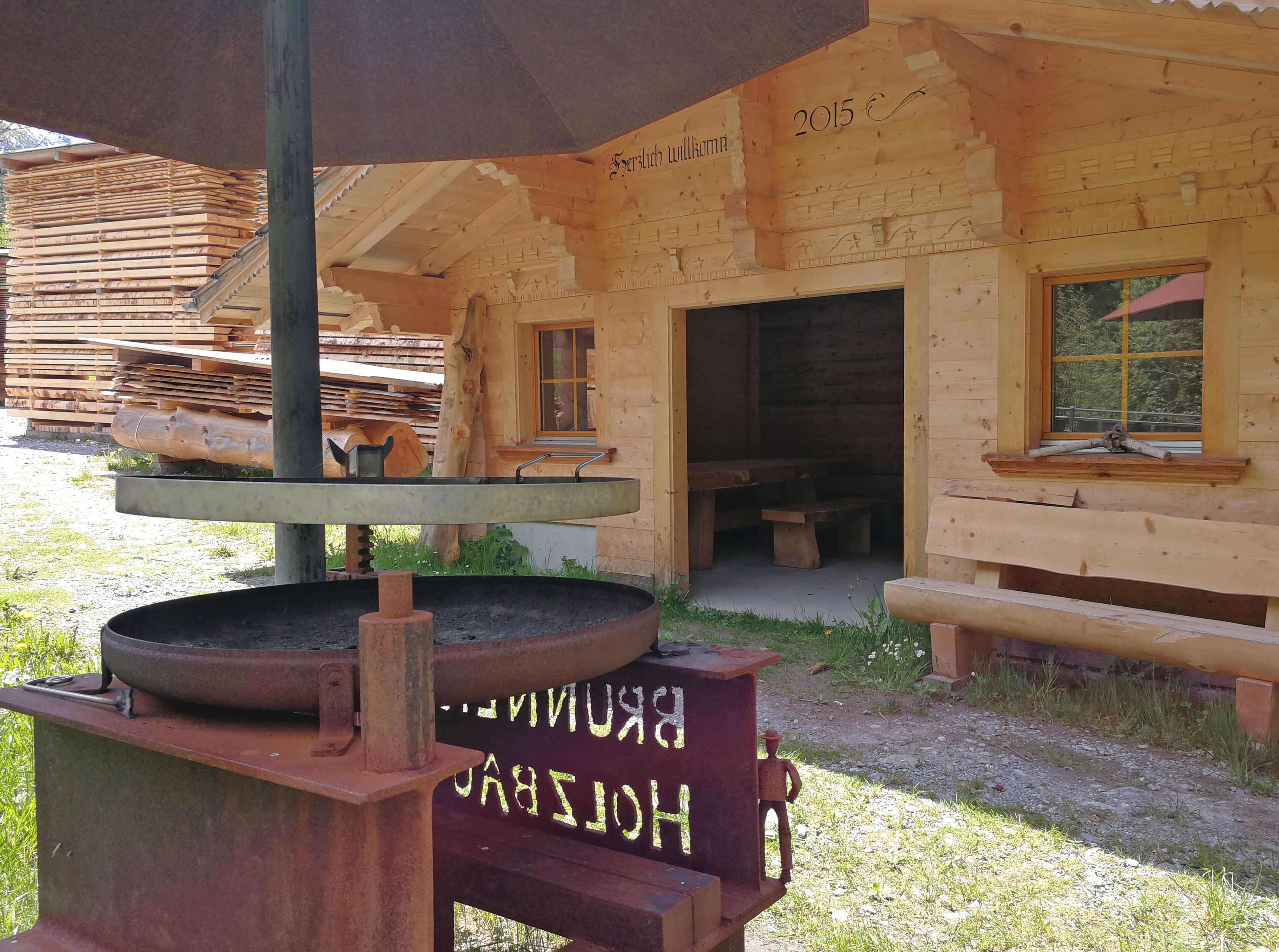 Grillstelle mit Eingang zur Hütte