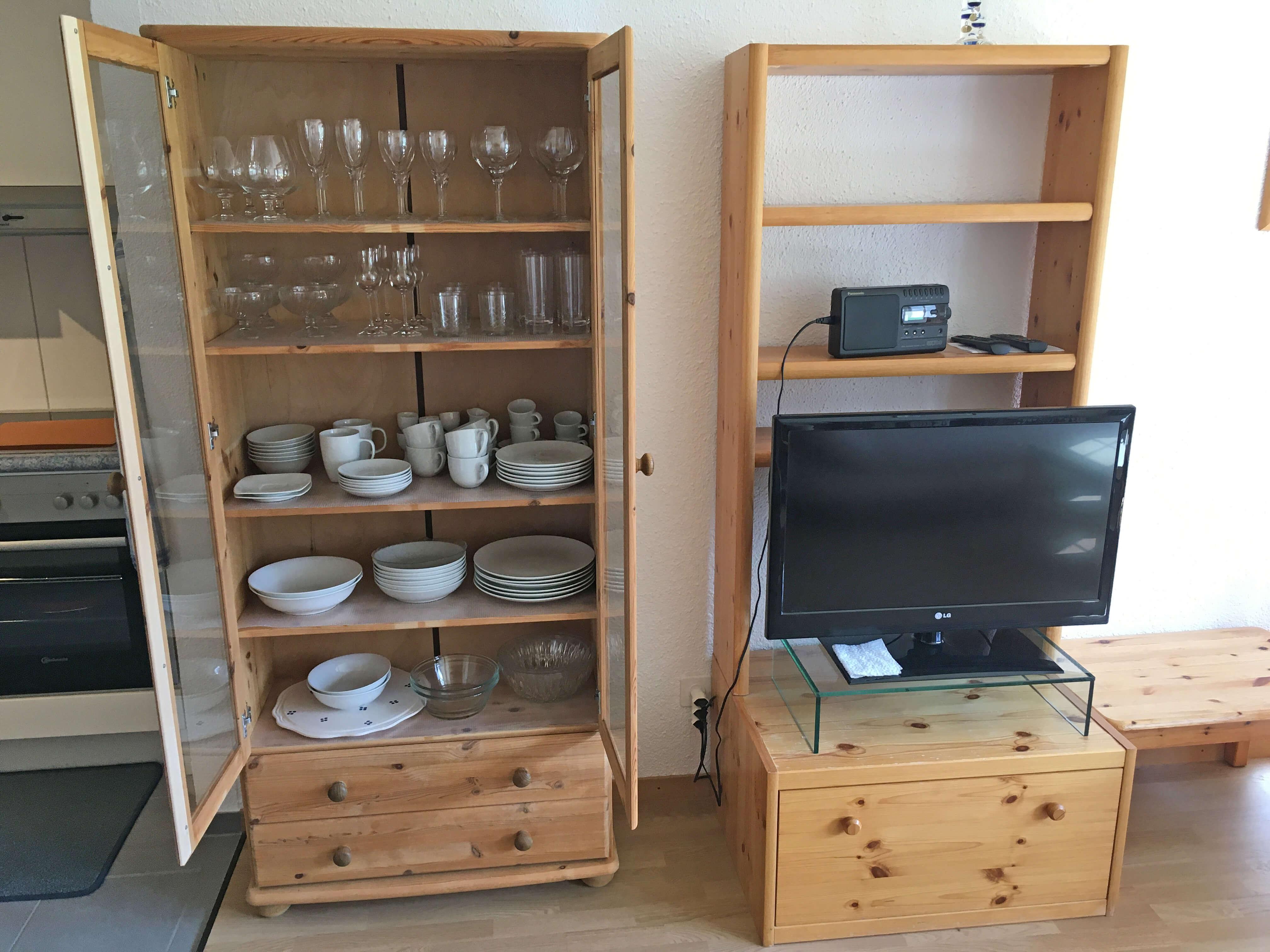 Geschirrschrank und Fernseher