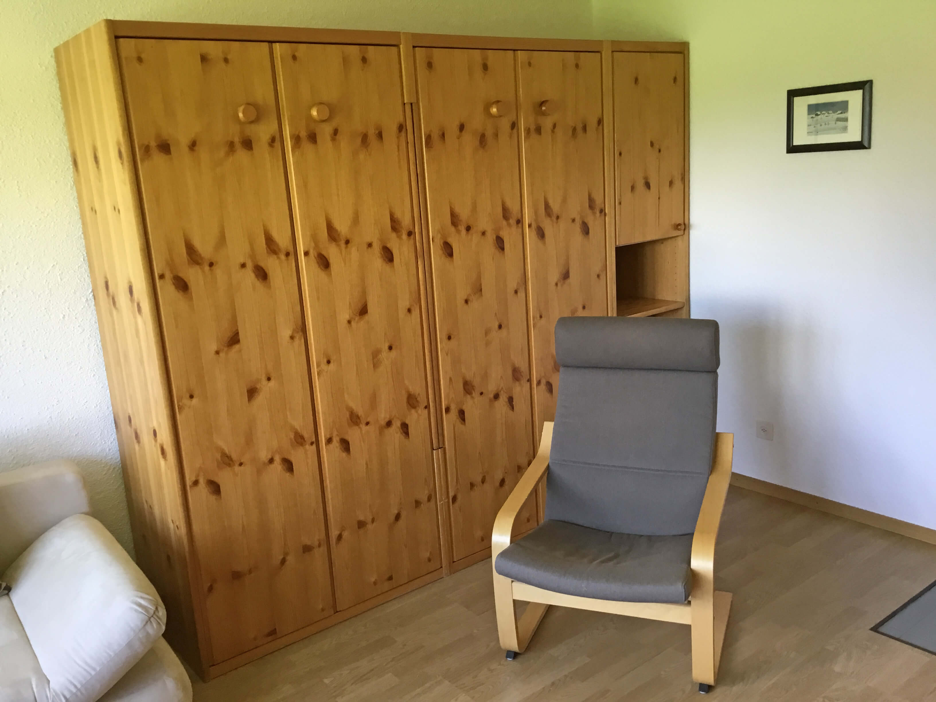Schrank und Sessel