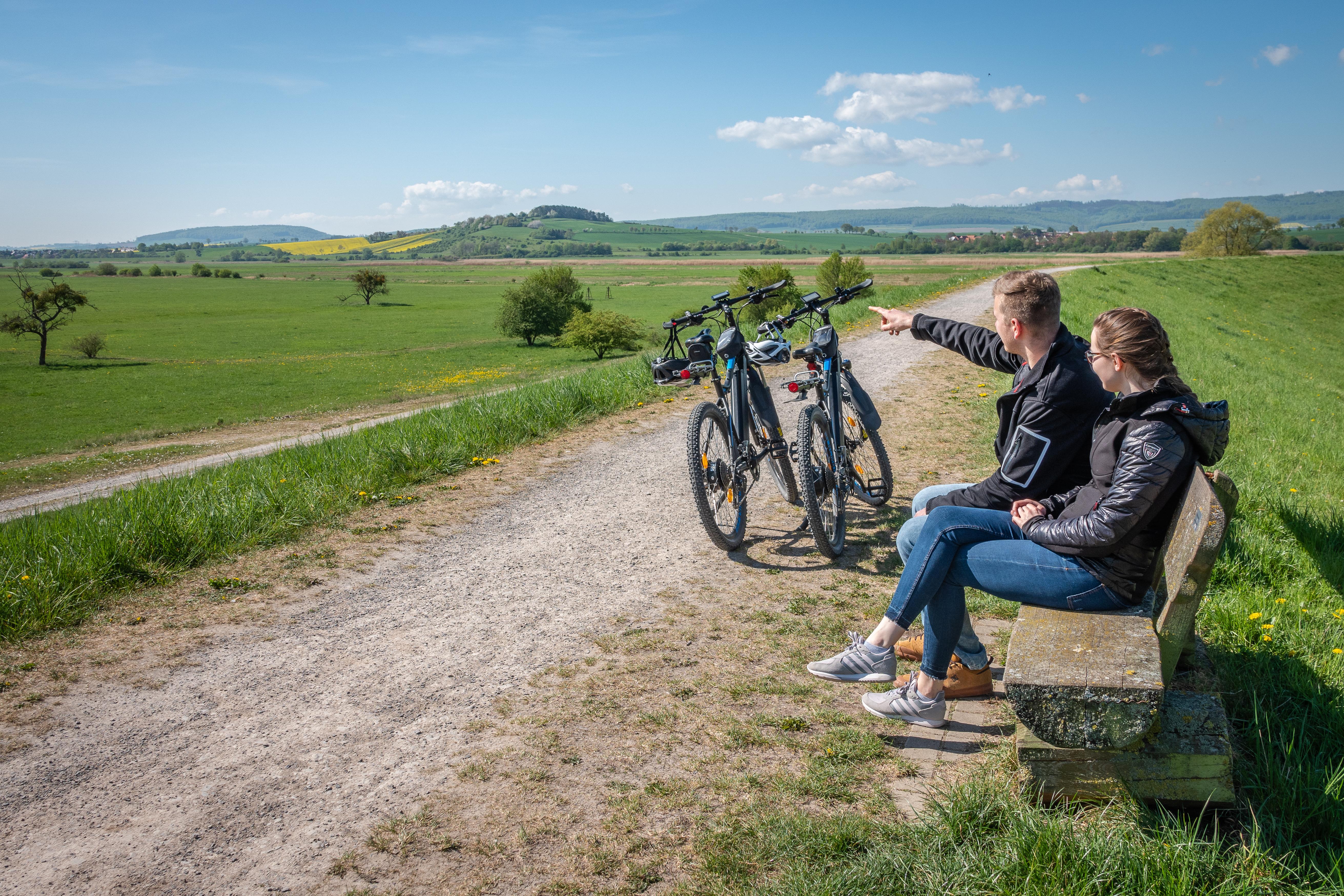 Leinepolder Radfahrer Pause auf einer Bank