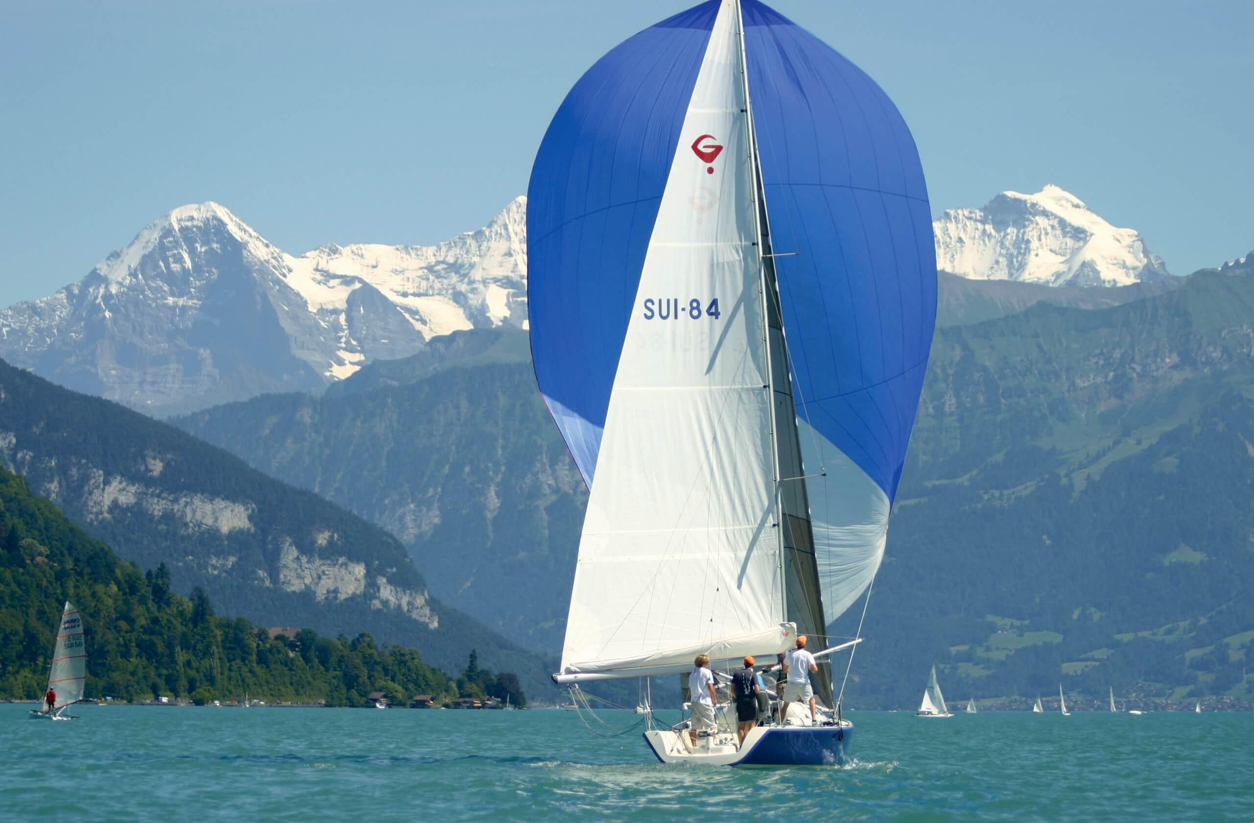 segelschule-thunersee-hilterfingen-segelboot-sommer-eiger-moench-jungfrau
