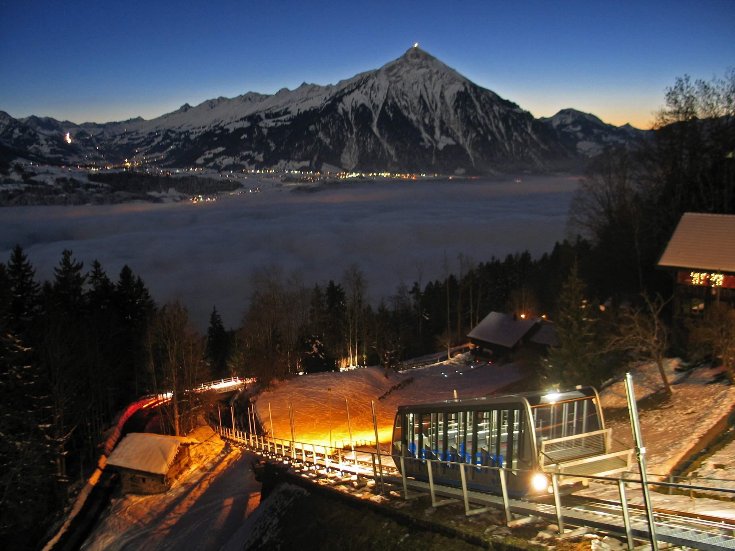 niederhorn-schlitteln-winter-nacht-beatenbucht-niesen-nebelmeer