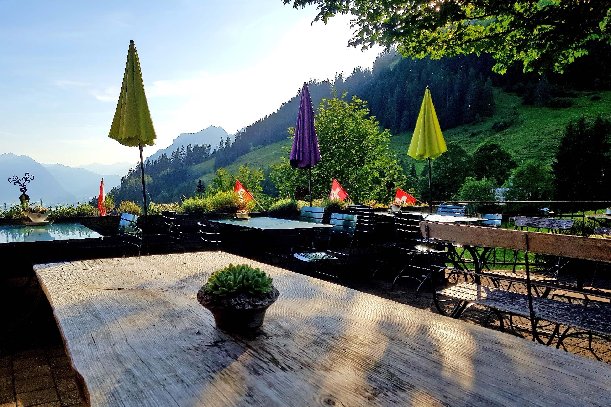 berghaus-planalp-terrasse-tische-sommerabend