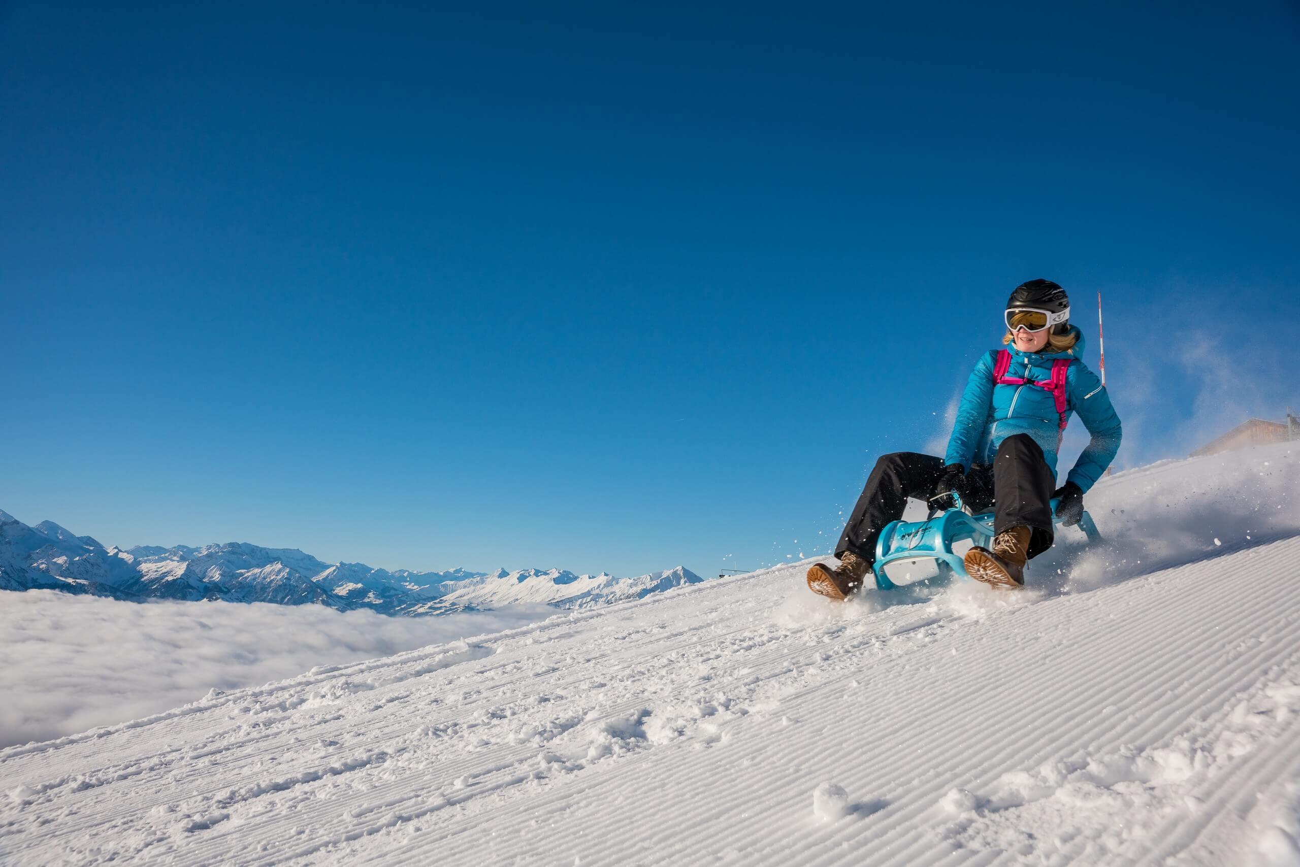 niederhorn-schlitteln-winter-nebelmeer-berge-winteraktivitaet