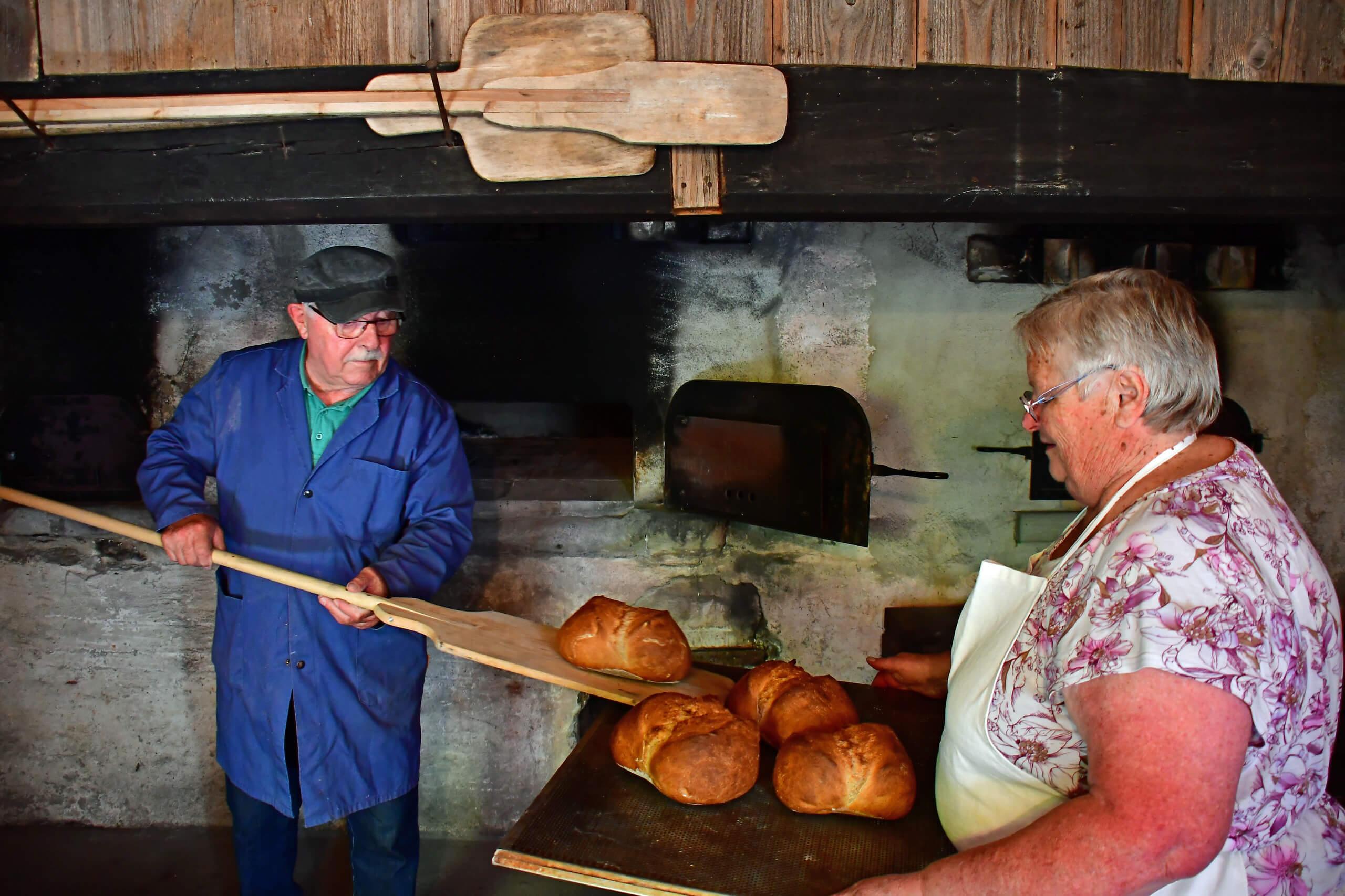 backen-im-alten-ofenhuesi-gebackene-brote