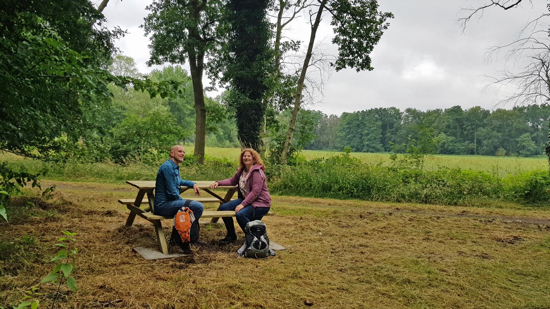 Platz nehmen - der Rastplatz am Naturschutzgebiet Glindbusch lädt dazu ein