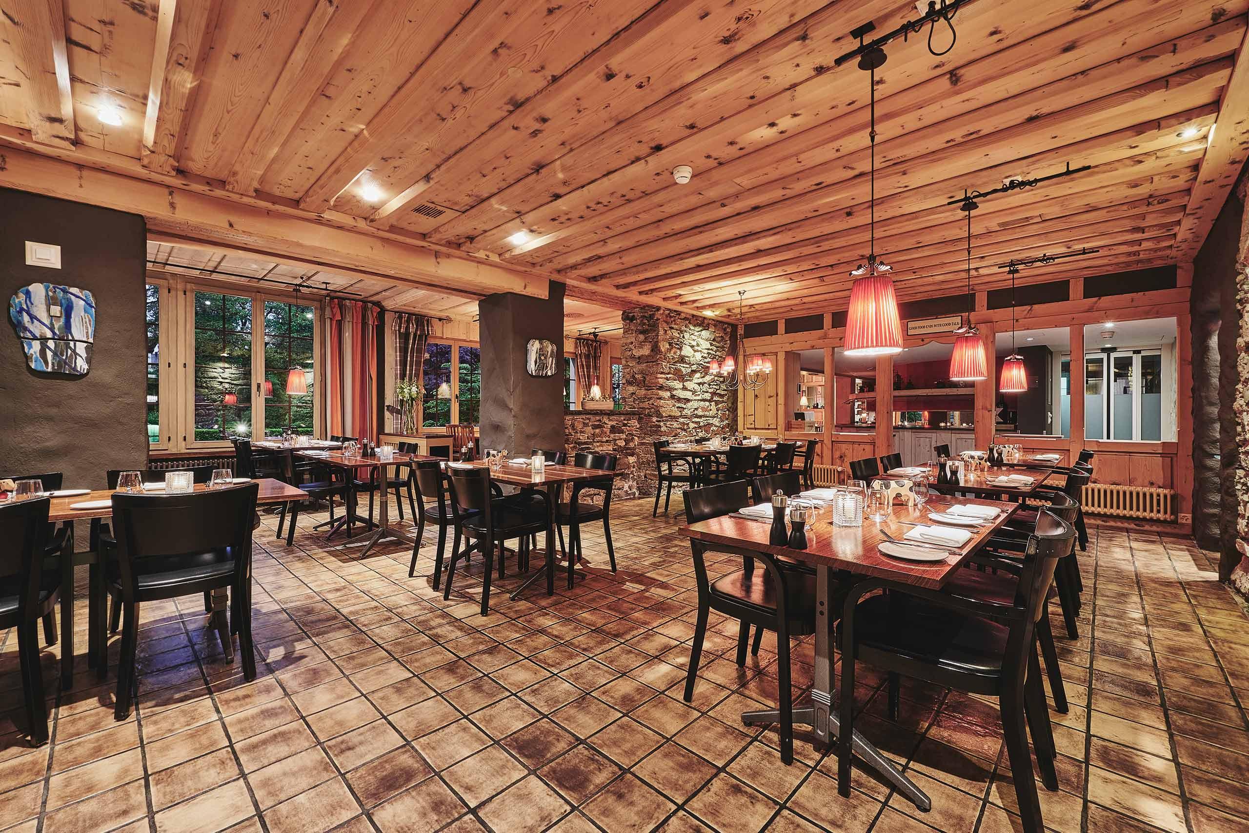 restaurant-taverne-hotel-interlaken-tische-raum-ambiente.jpg