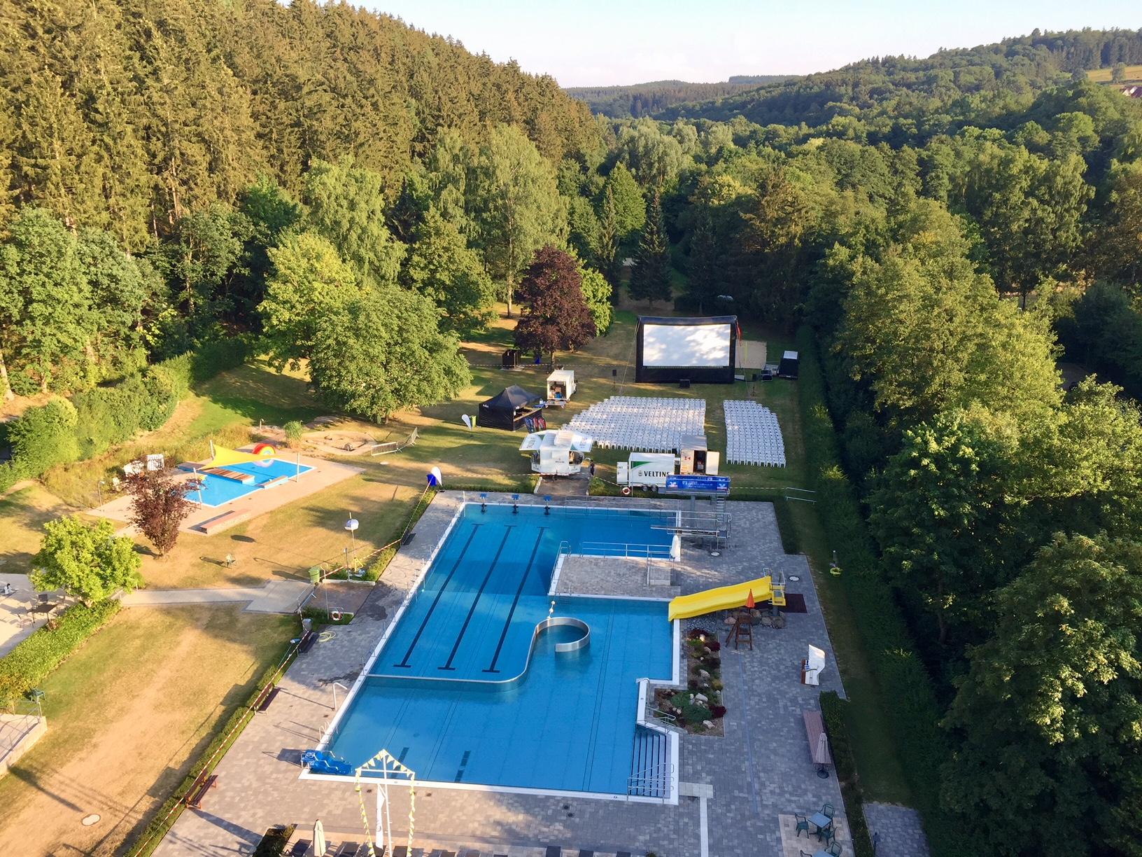 Alles vorbereitet fürs Open Air Kino im Waldschwimmbad Bad Wünnenberg