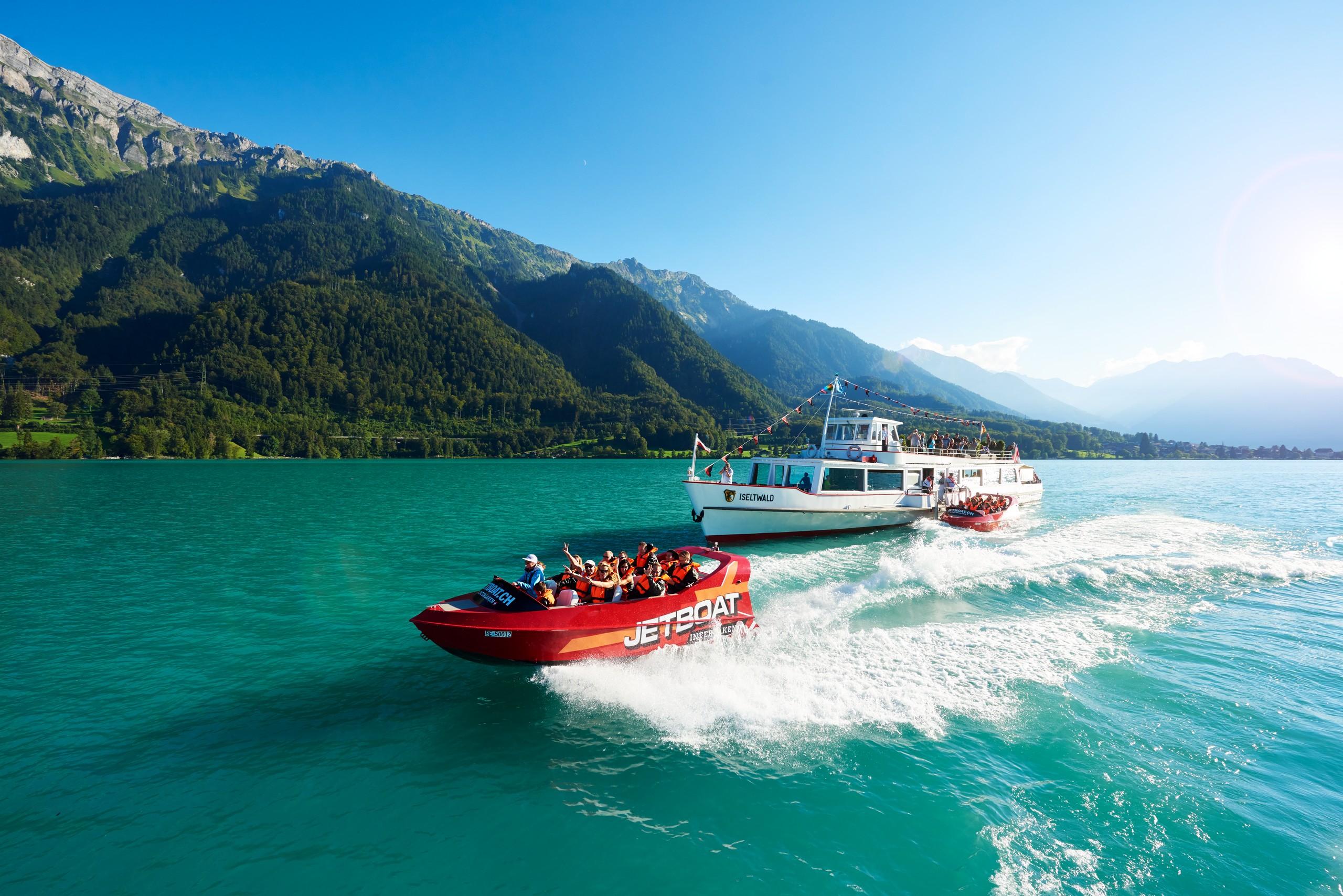 boenigen-jetboat-sommer-brienzersee-panorama-kursschiff-berge-boot-pedalo
