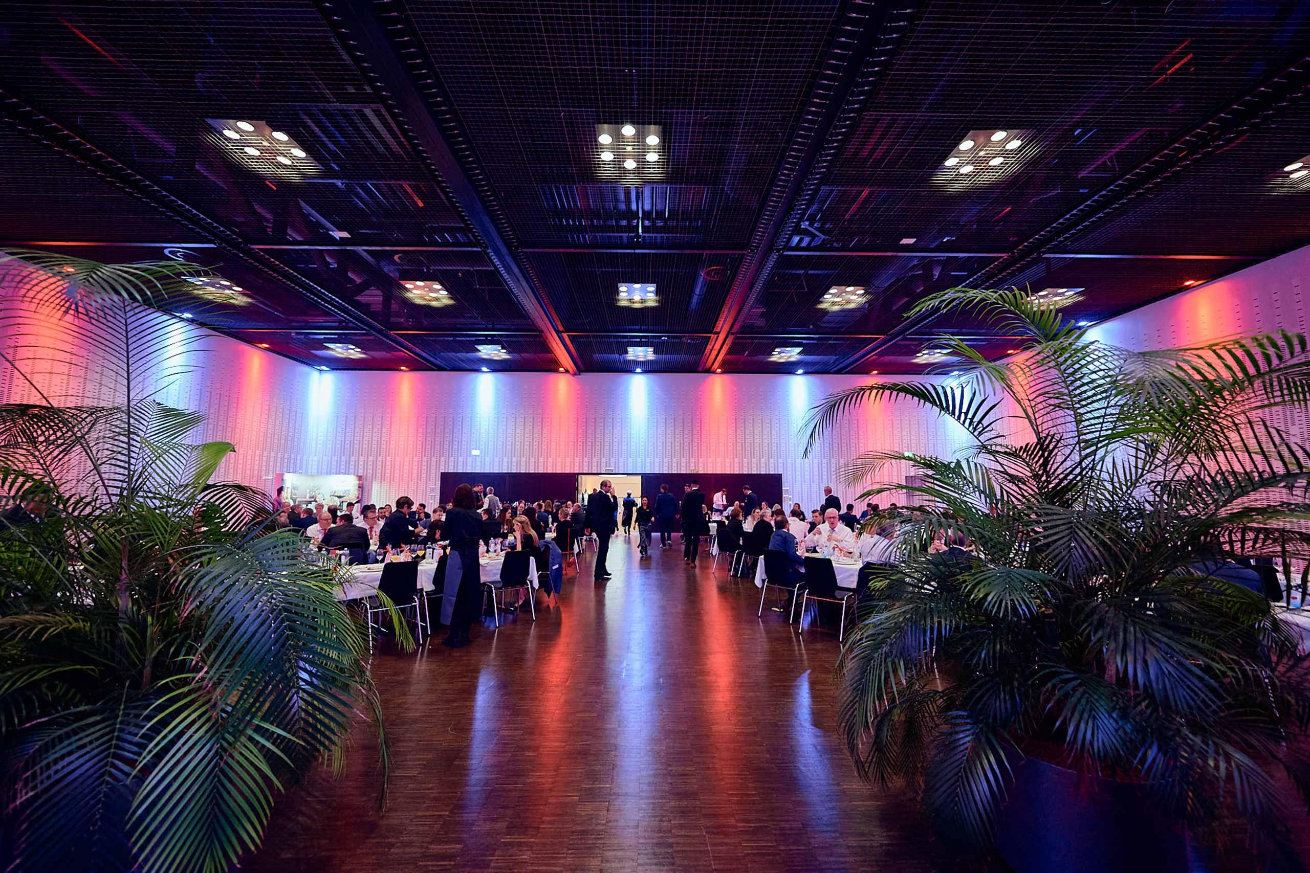 kkthun-lachensaal-beleuchtung-tische-pflanzen.jpg