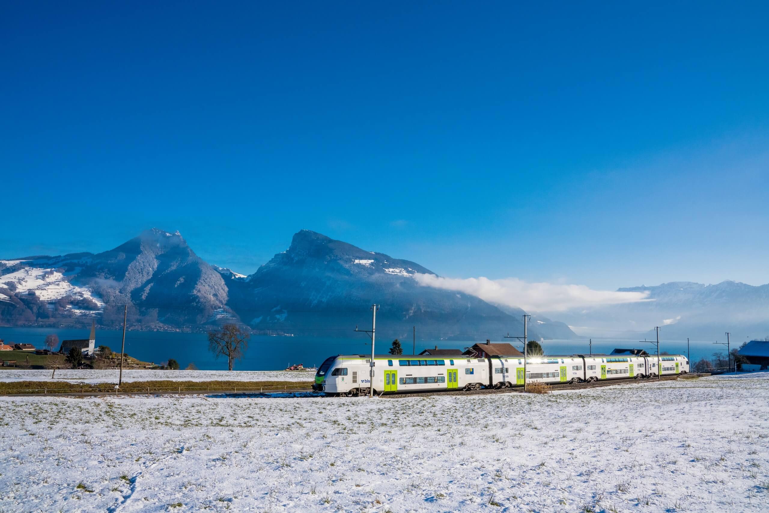 bls-zugfahrt-winter-panorama-thunersee