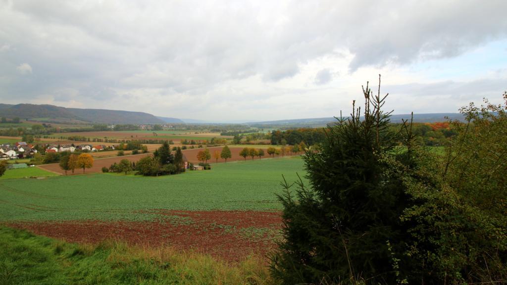 Blick über Amelunxen ins Wesertal