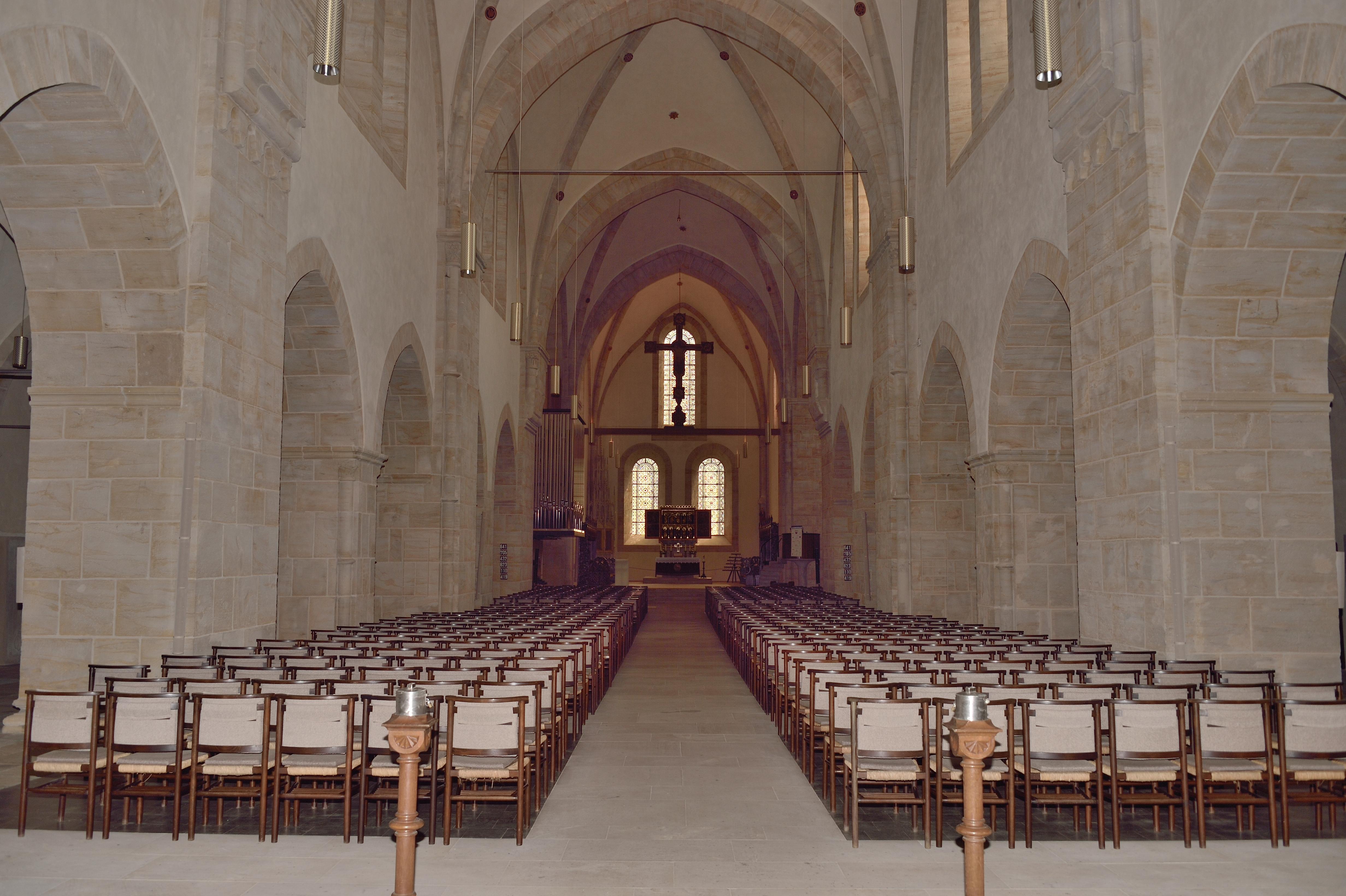 Stuhlreihen in der Stiftskirche