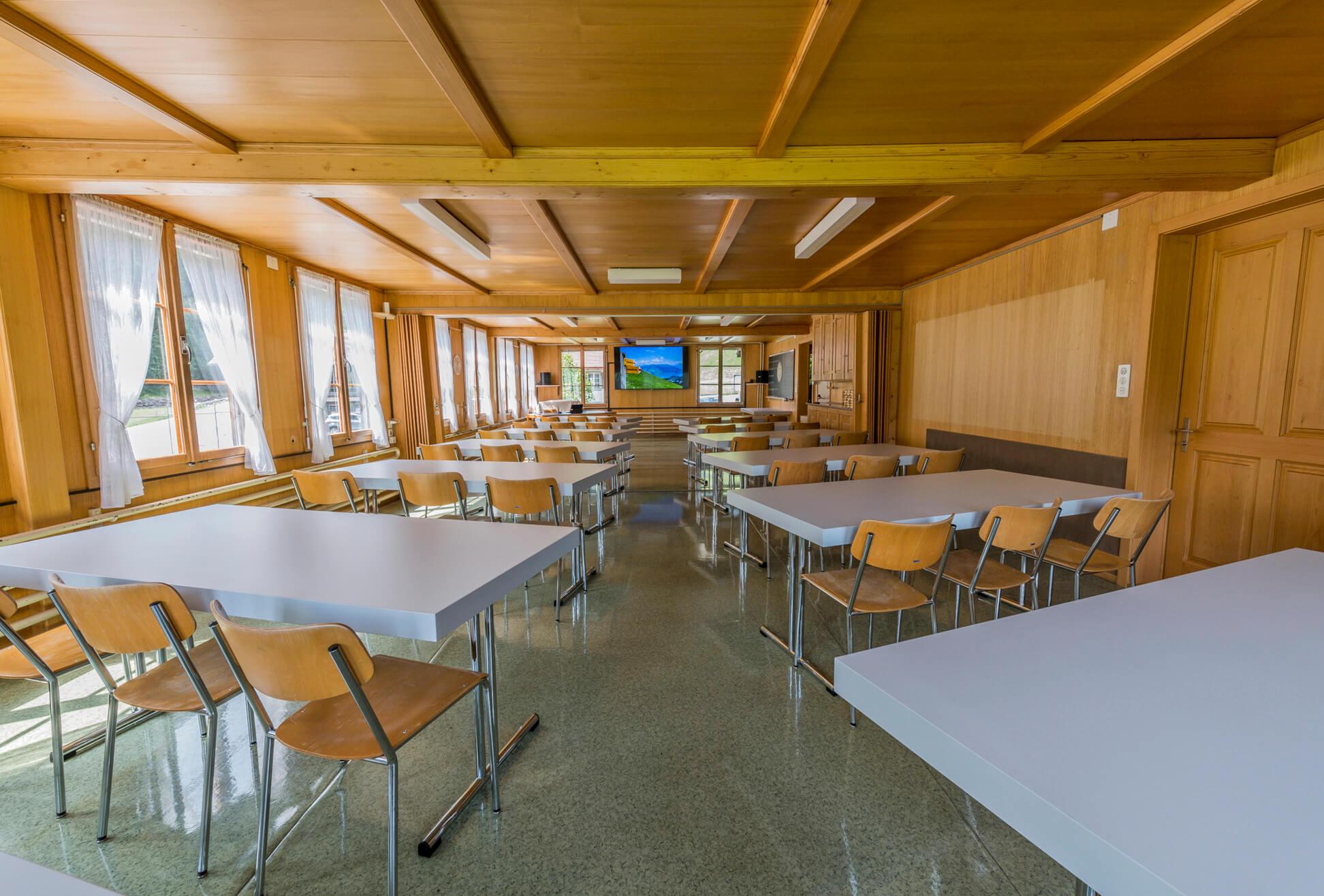 Der modern eingerichtete Seminarraum mit Beamer und grossem Bildschirm