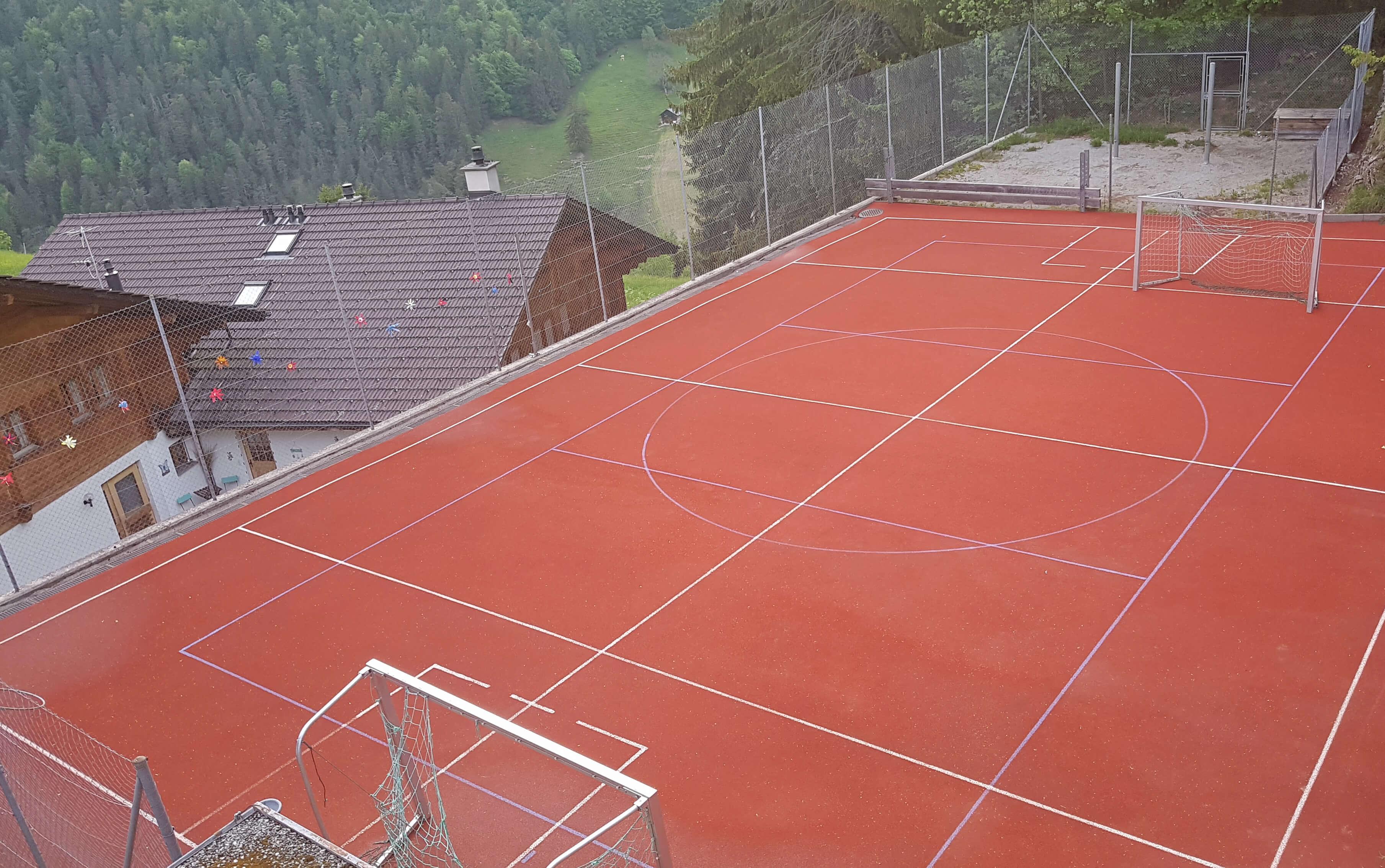 Sportplatz mit Toren beim Schulhaus Entschwil