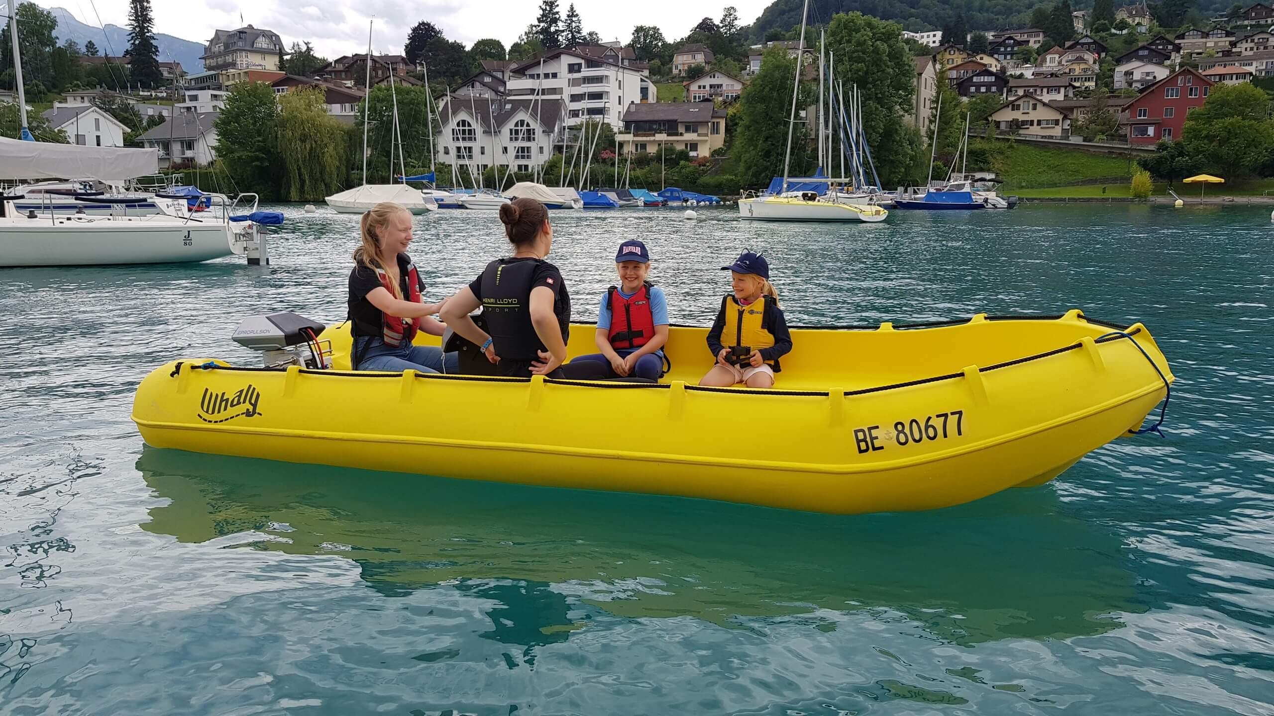 spiez-segelschule-thunersee-motorboot-sommer-kinder
