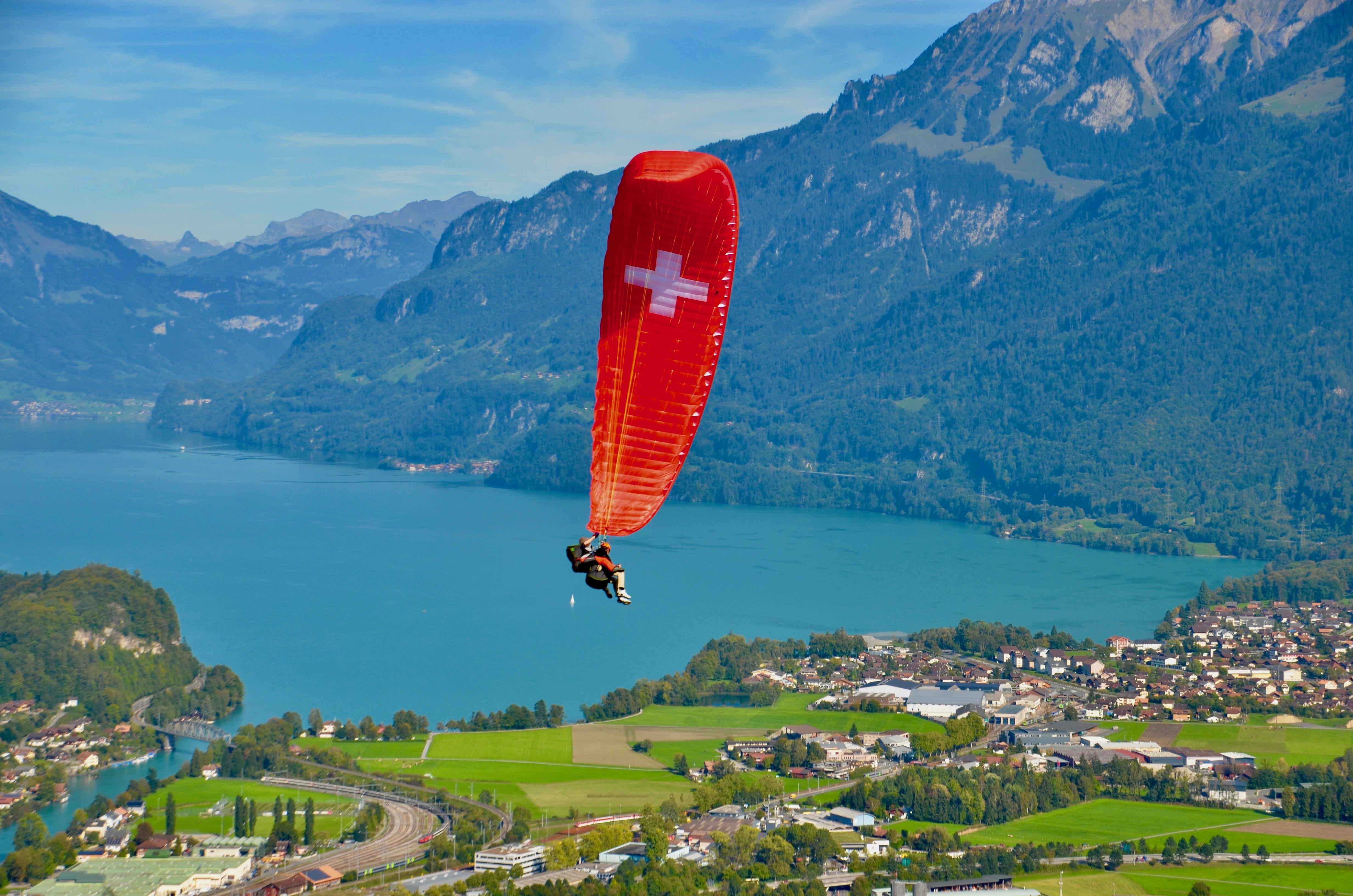 swiss-paragliding-brienzersee-boenigen-sommer