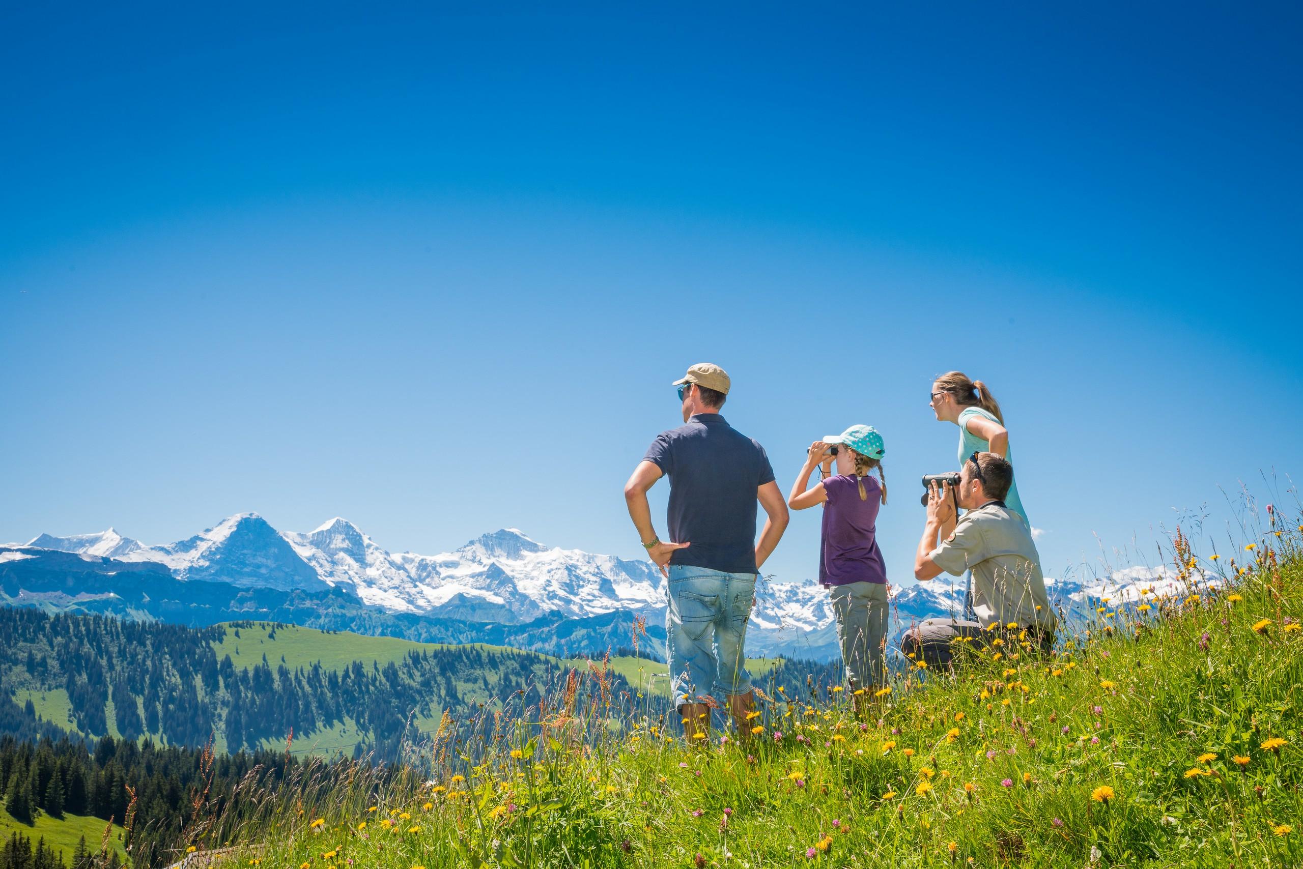 habkern-lombachalp-familie-wandern-sommer-feldstecher-panorama-familienaktivitaeten-themen-erlebniswege