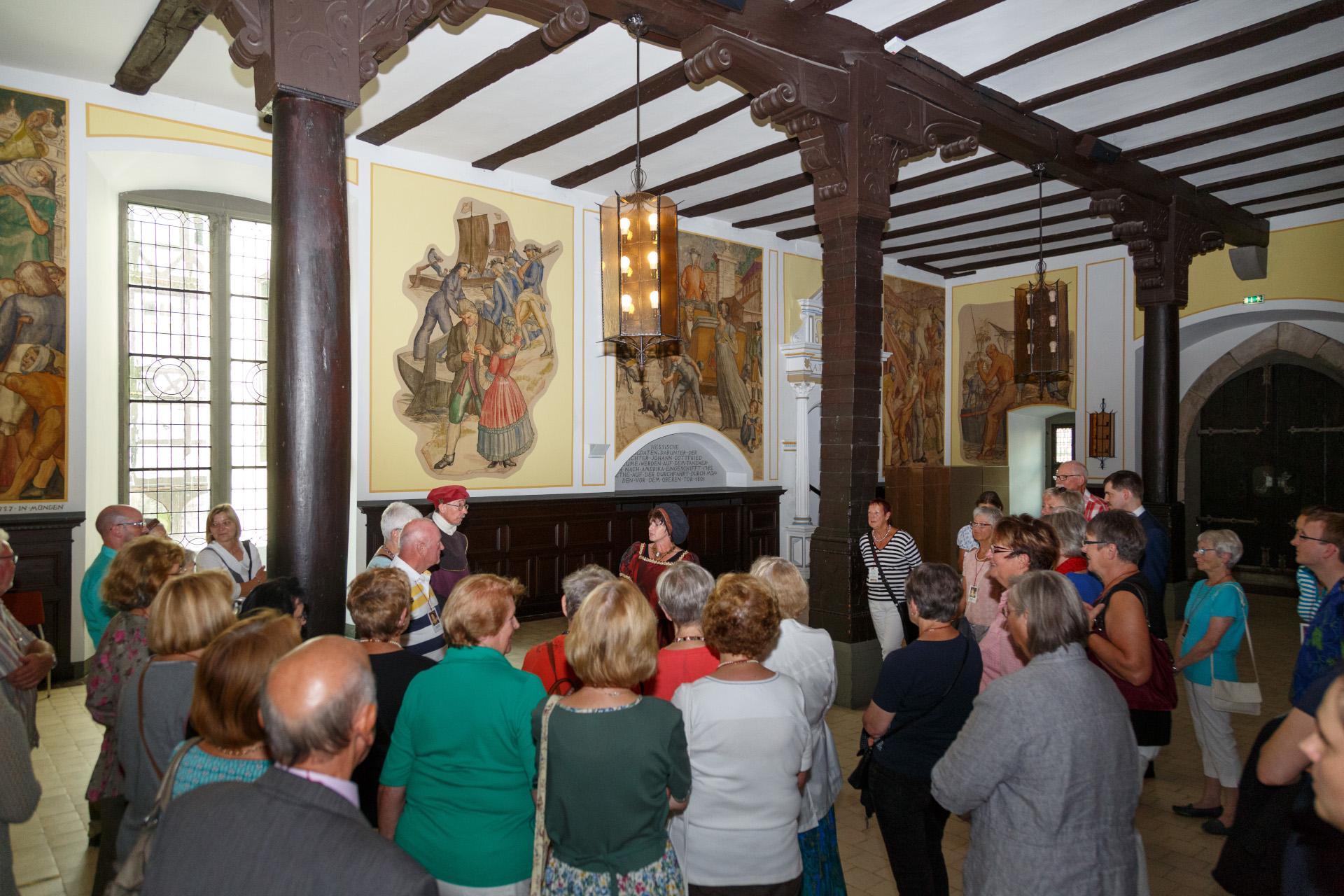 Stadtführungsgruppe in der Rathaushalle