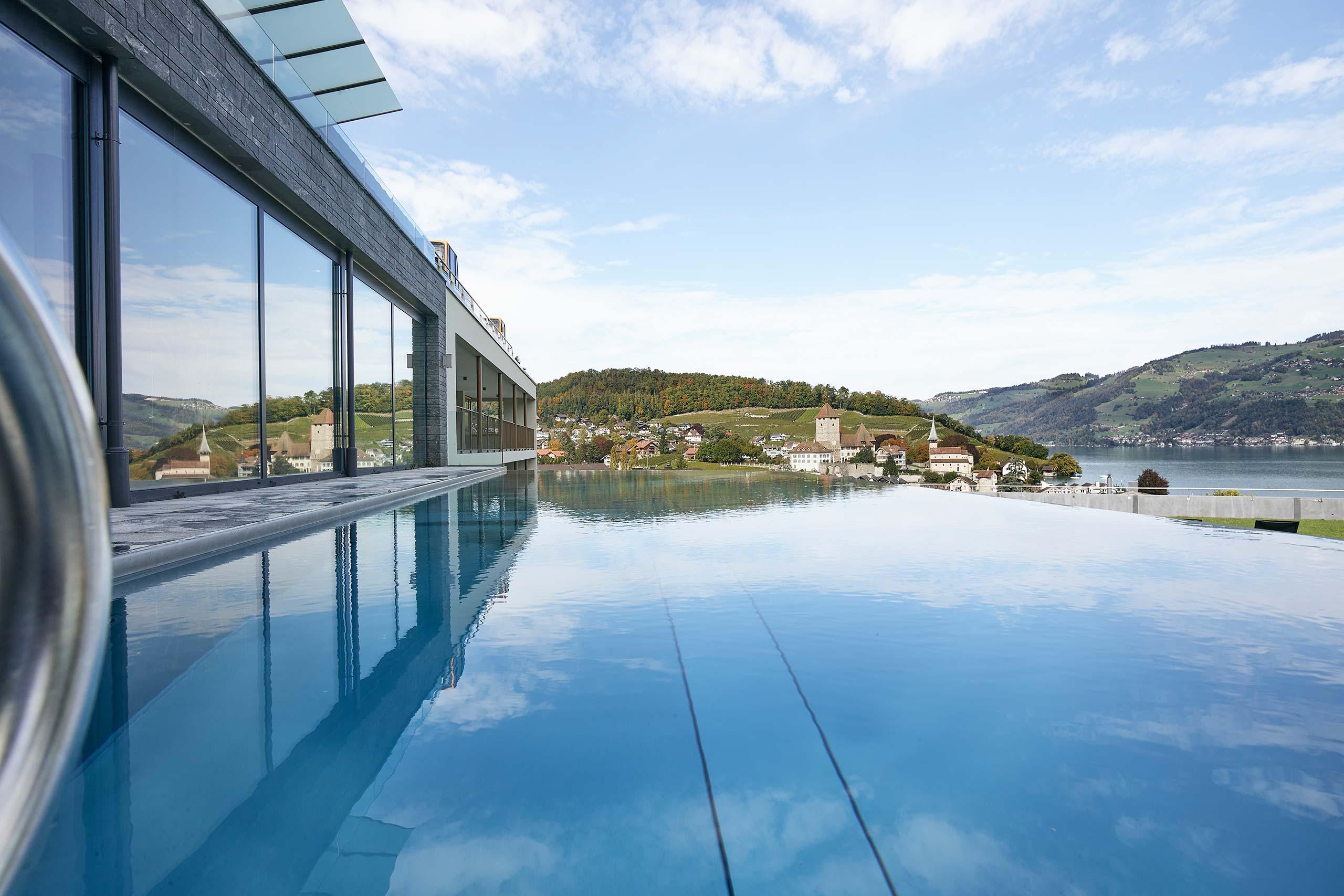 spiez-belvedere-wellness-oase-infinity-pool-aussicht-spiez.jpg