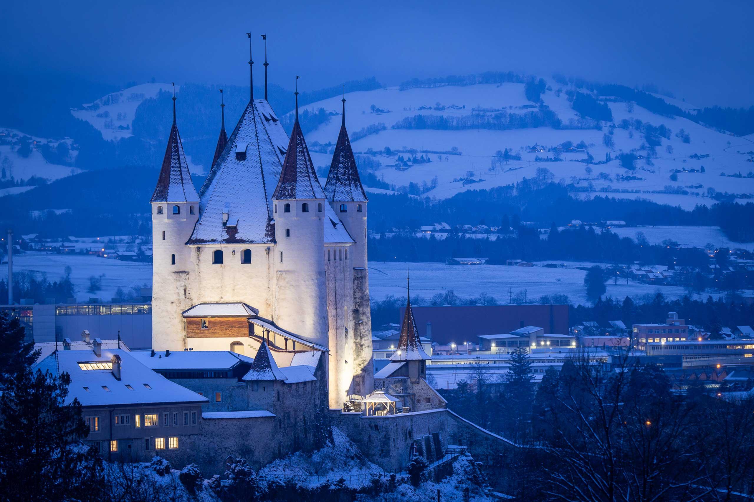 schloss-thun-winter-schnee-nebel-beleuchtung.jpg