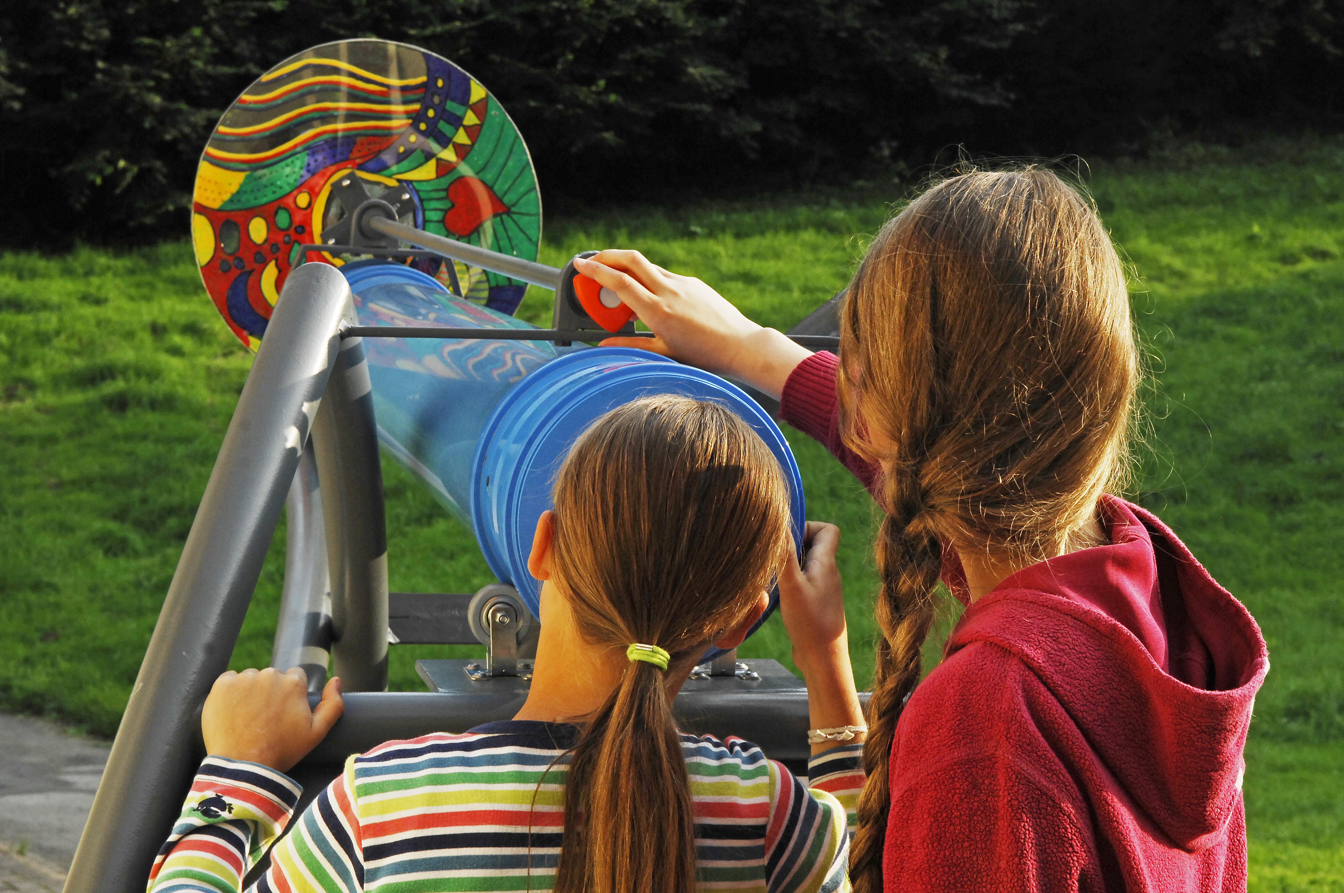 Mädchen am Drehscheibenkaleidoskop