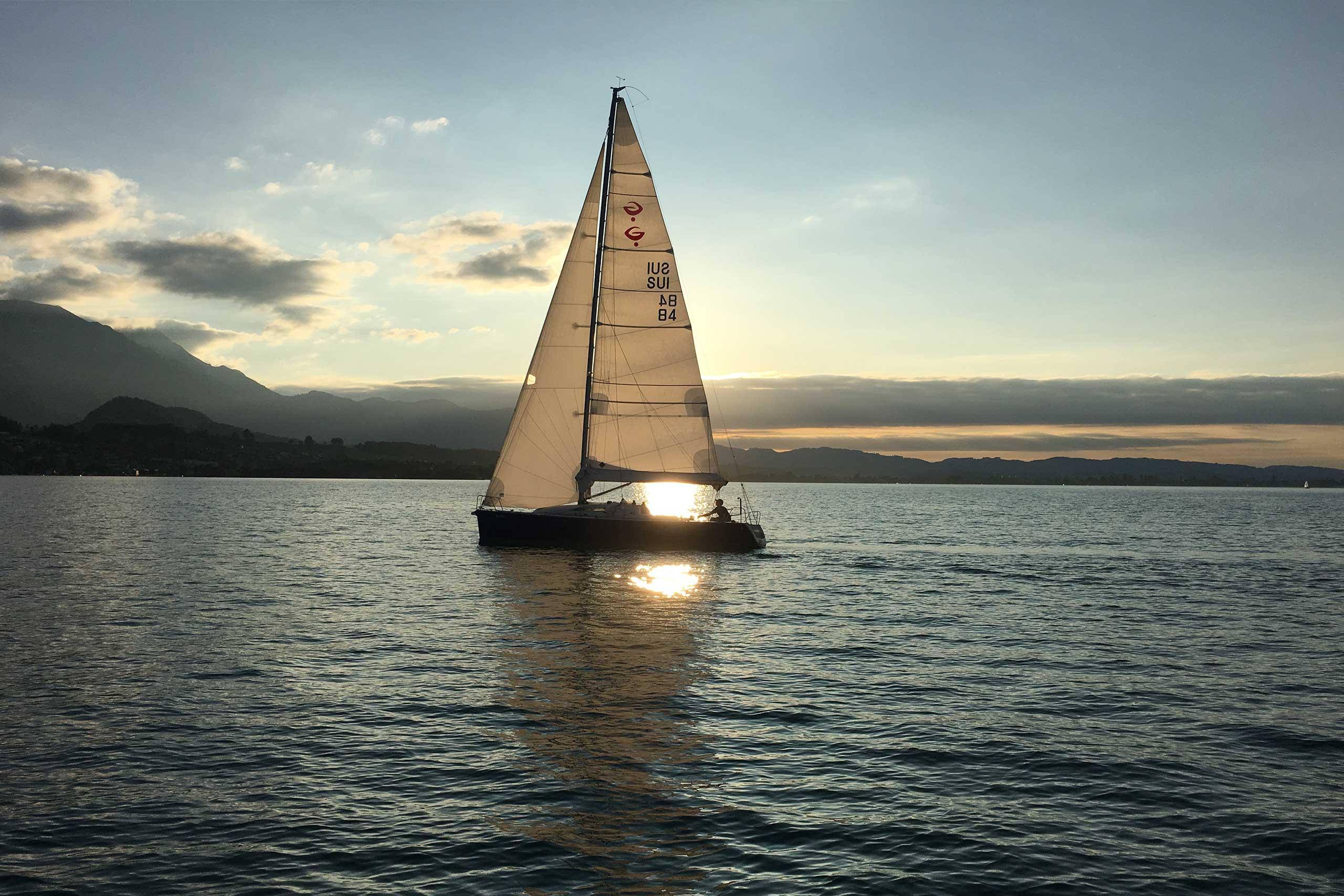 segelschule-thunersee-gaeste-segeln-segelschiff-abendsonne.jpg