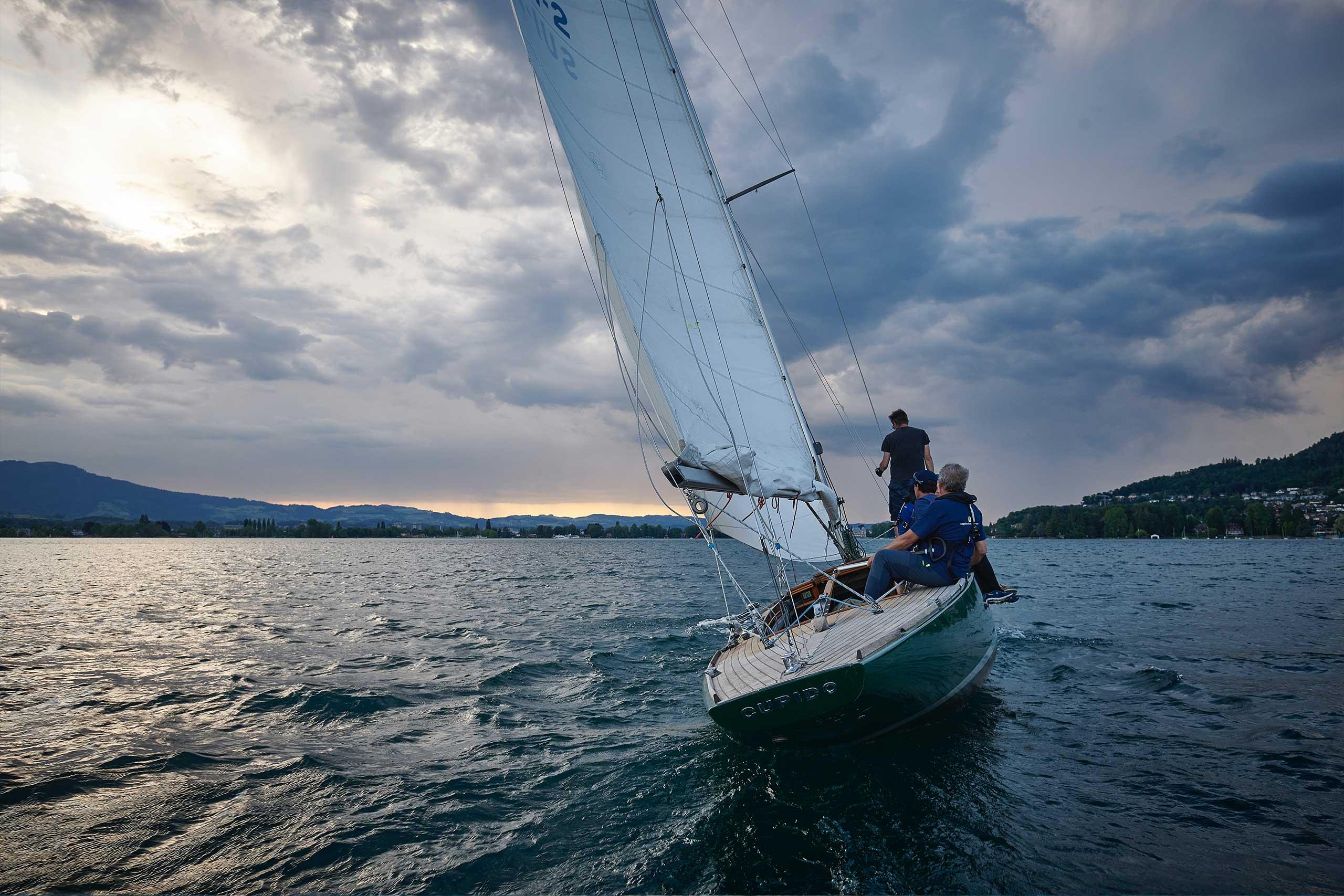 segelschule-thunersee-gaeste-segeln-segelschiff-abendstimmung.jpg