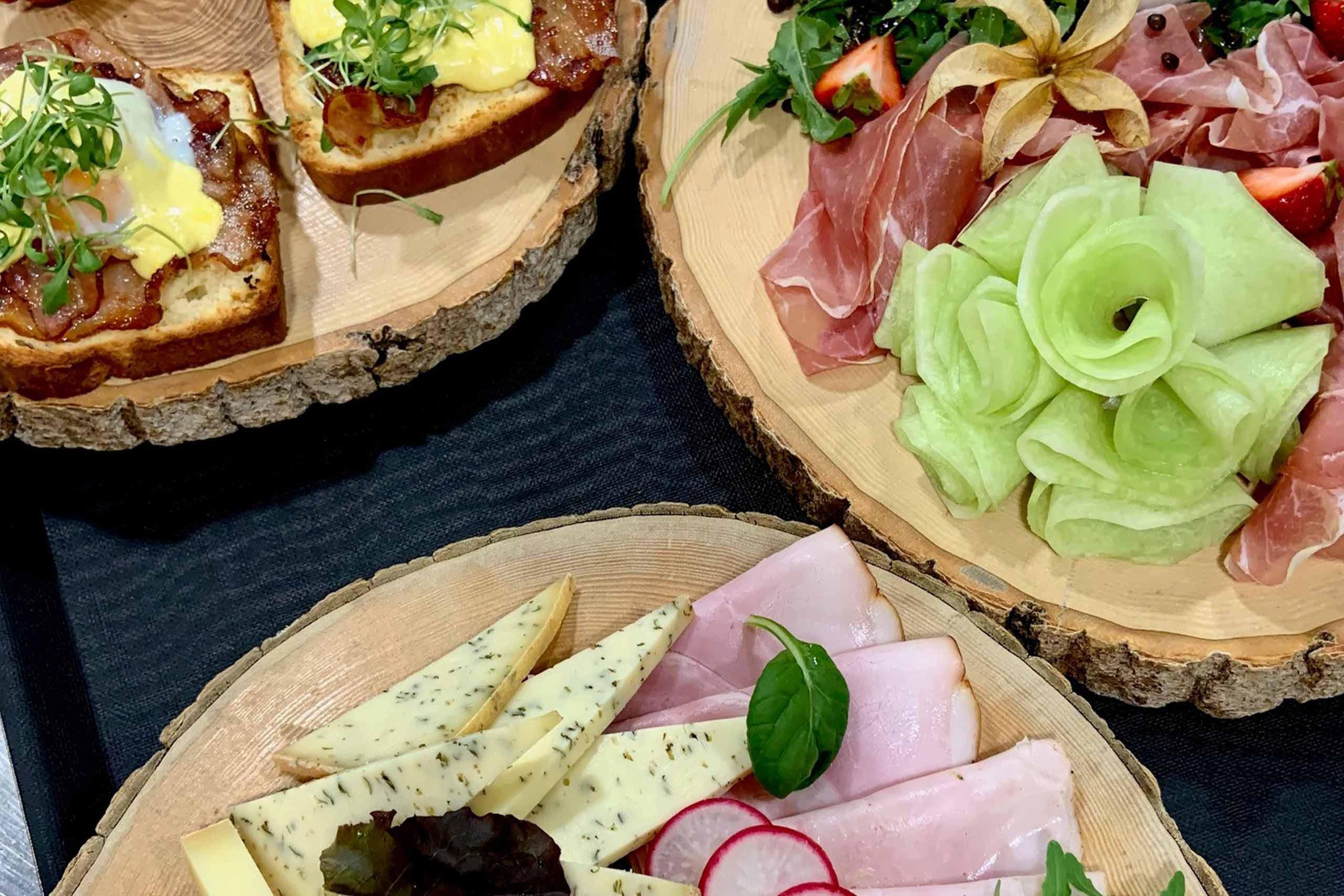 restaurant-taverne-genuss-platte-egg-benedict-burrata-melone-schinken-kaese.jpg