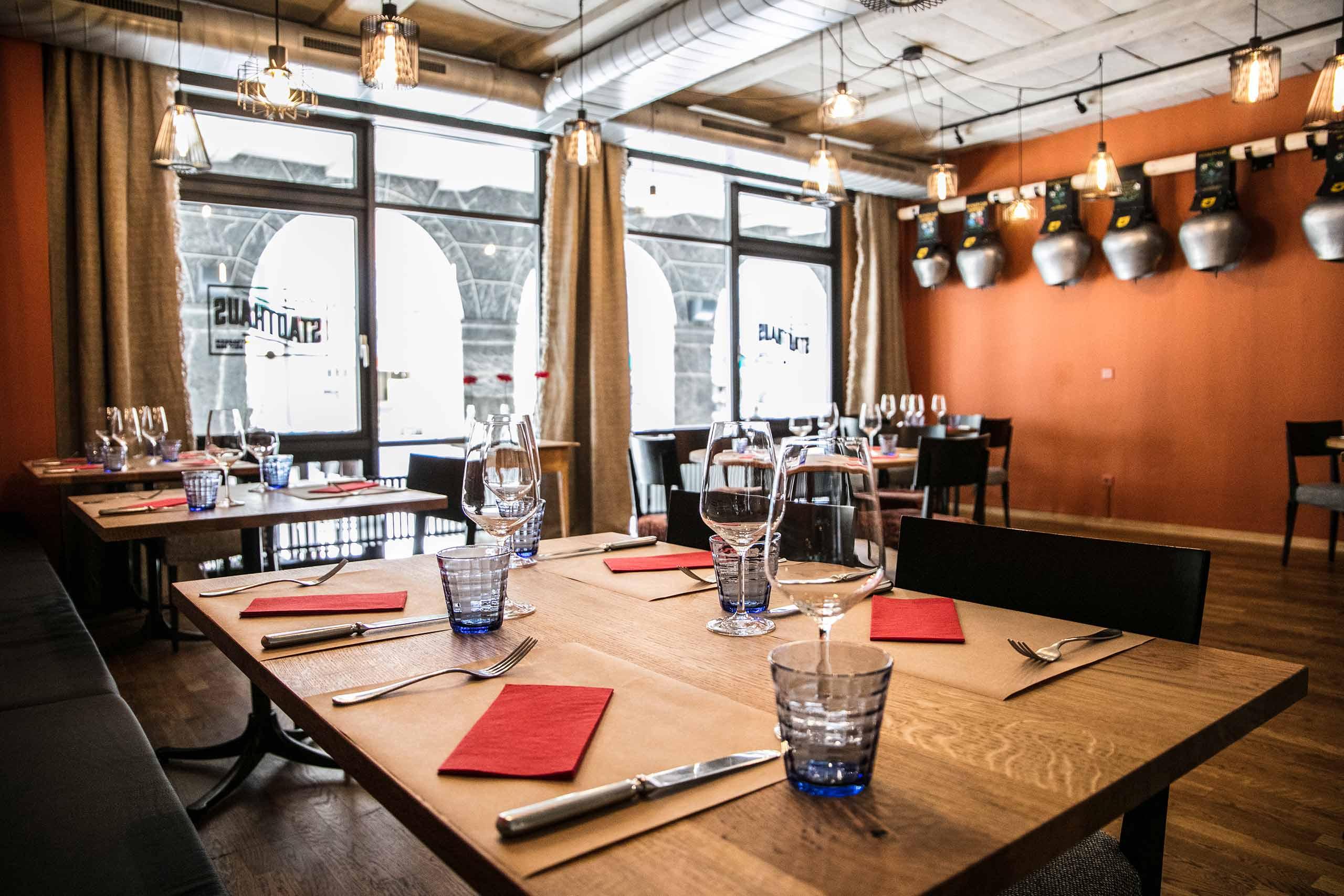 restaurant-stadthaus-unterseen-ambiente-tisch-gedeck.jpg