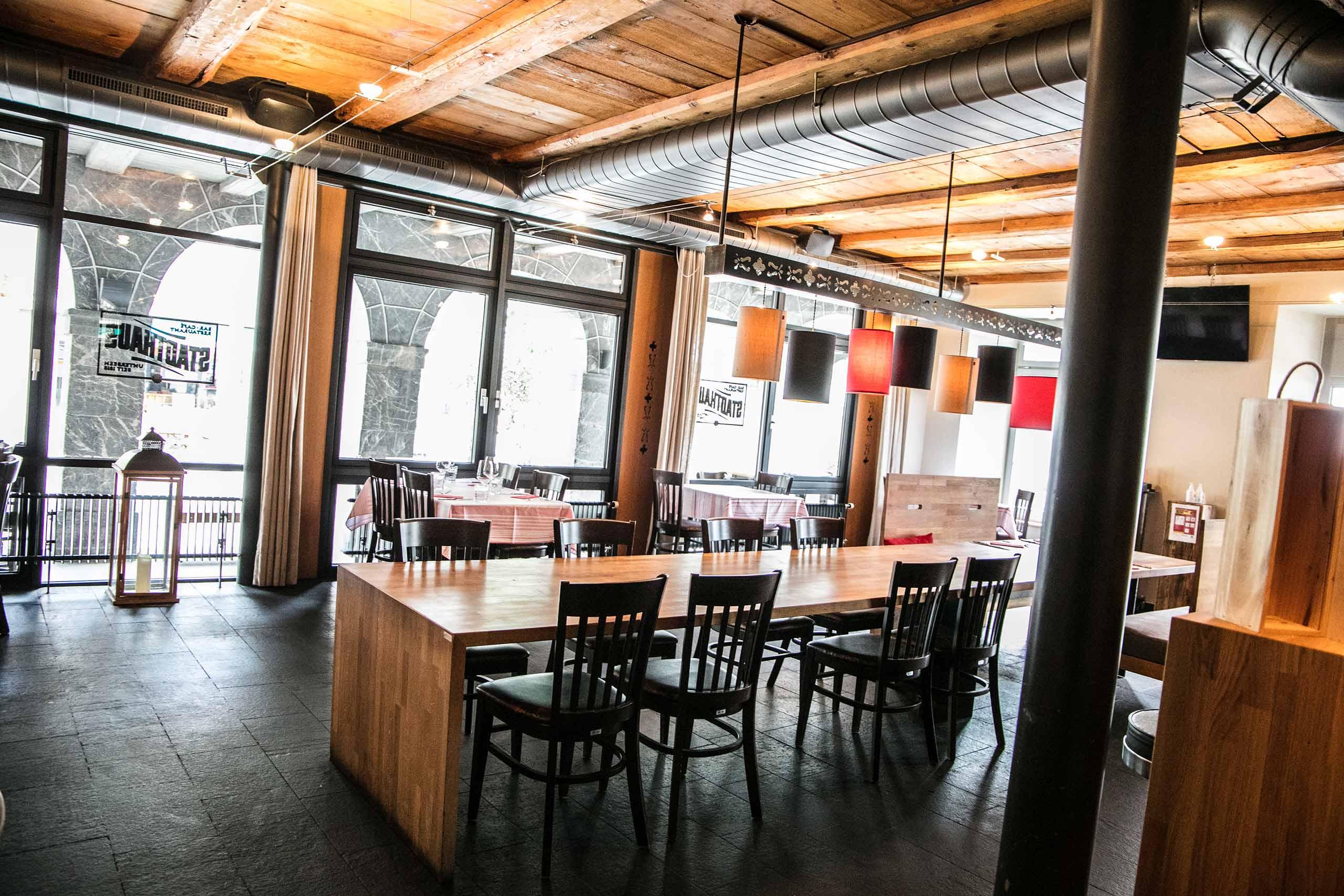 restaurant-stadthaus-unterseen-gaststube-tische.jpg