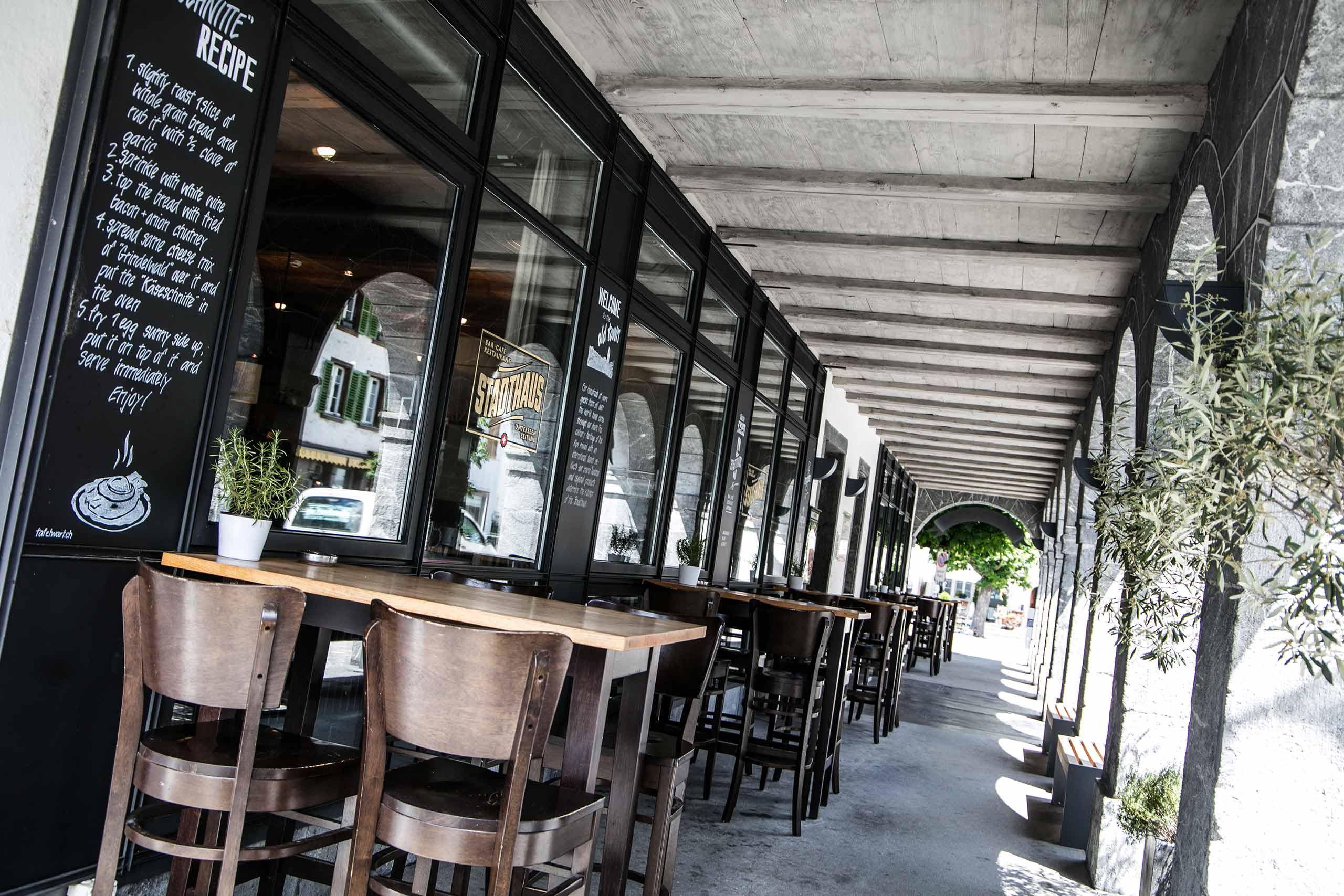 restaurant-stadthaus-unterseen-terrasse-tische-aussen.jpg