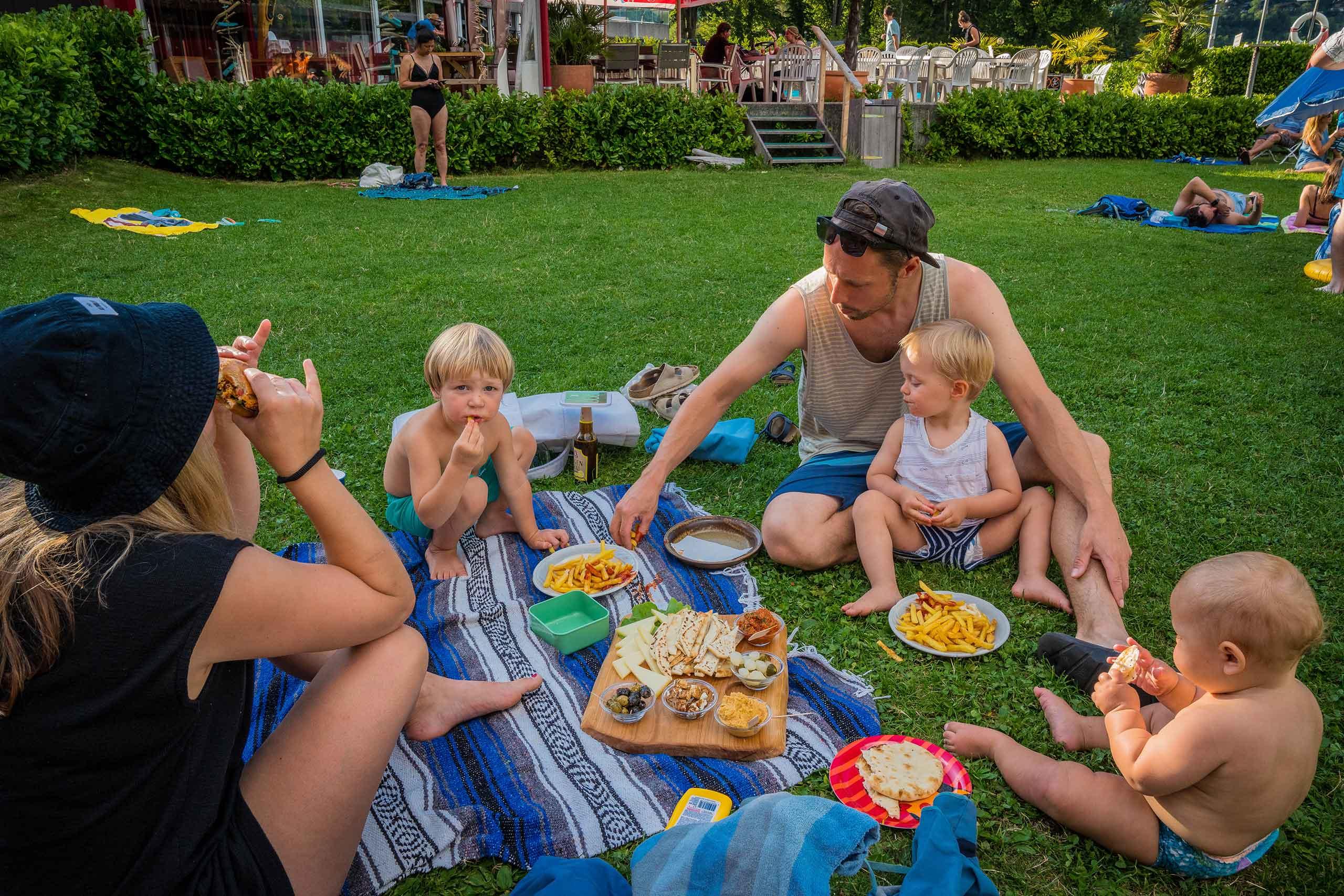 the-beach-cafe-snack-familie-rasen-sommer.jpg