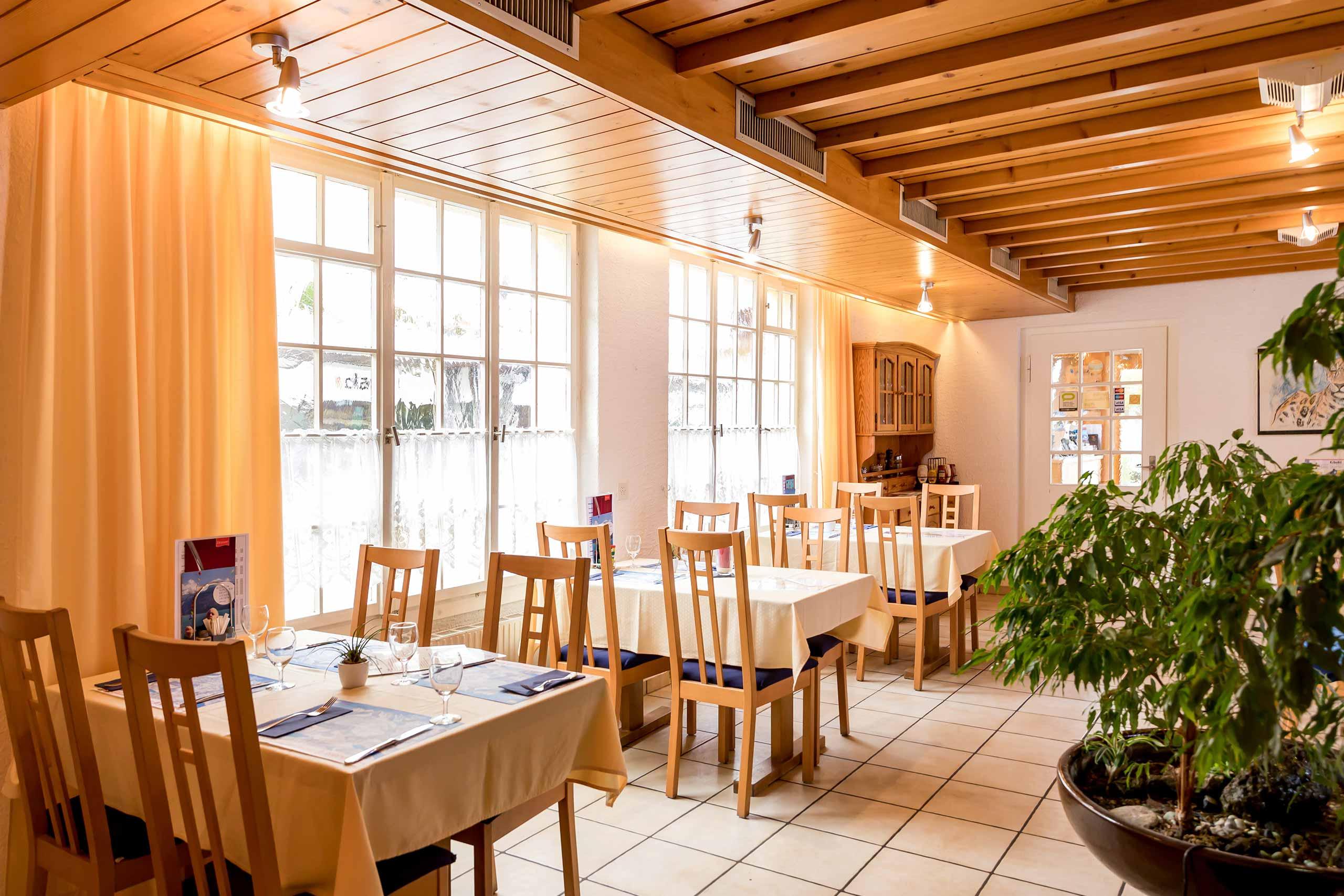 restaurant-sternen-brienz-gedeckte-tische-innenaufnahme.jpg
