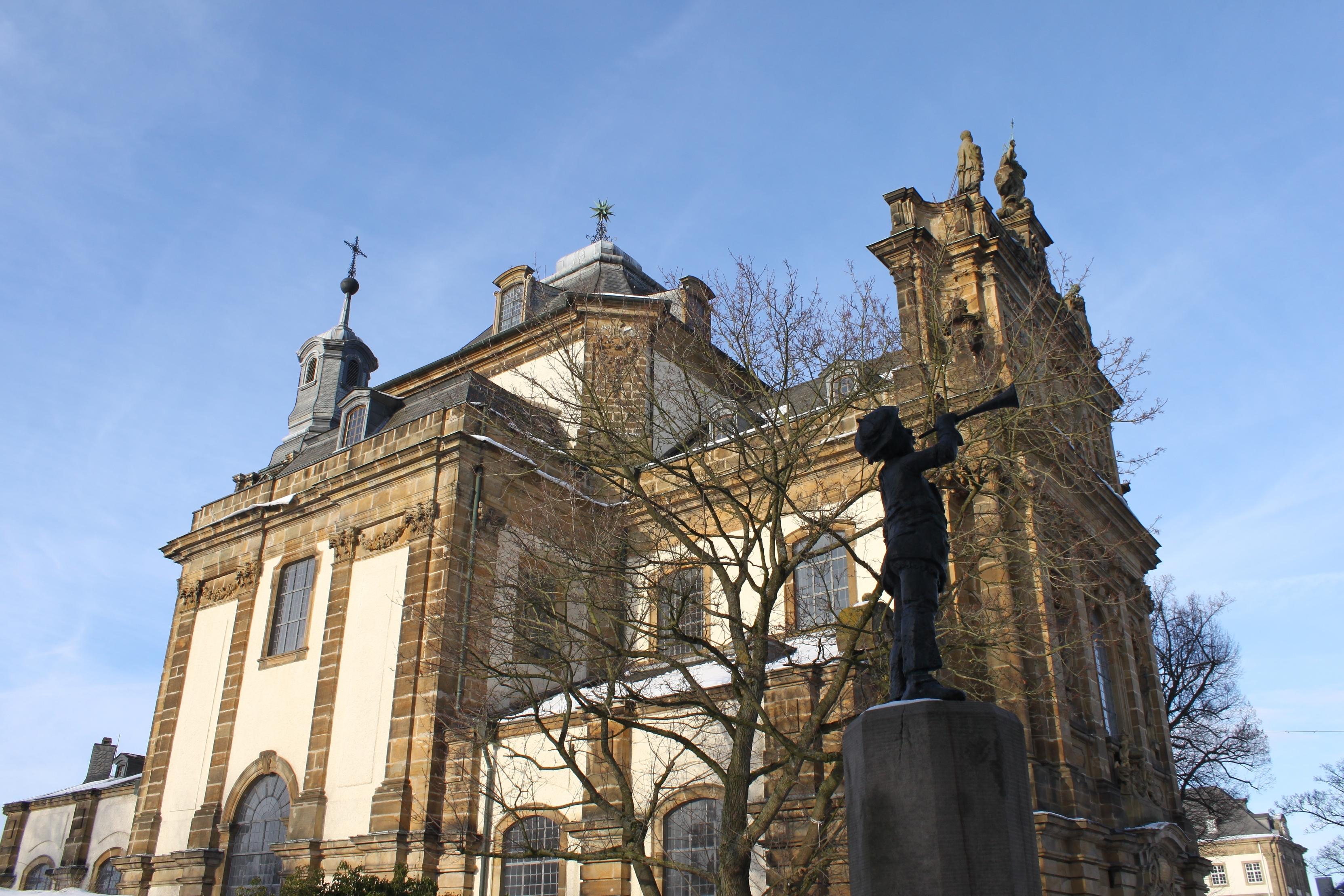 Trompeter vor der Barockkirche