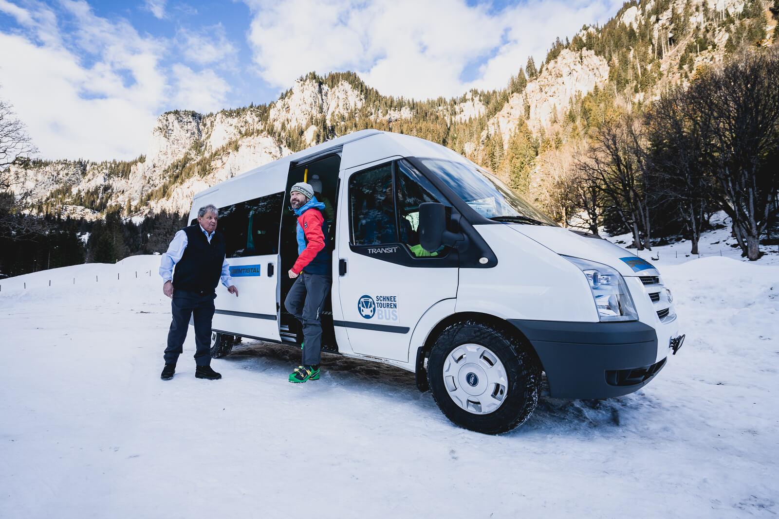 Ankunft des Schneetourenbusses im Meniggrund