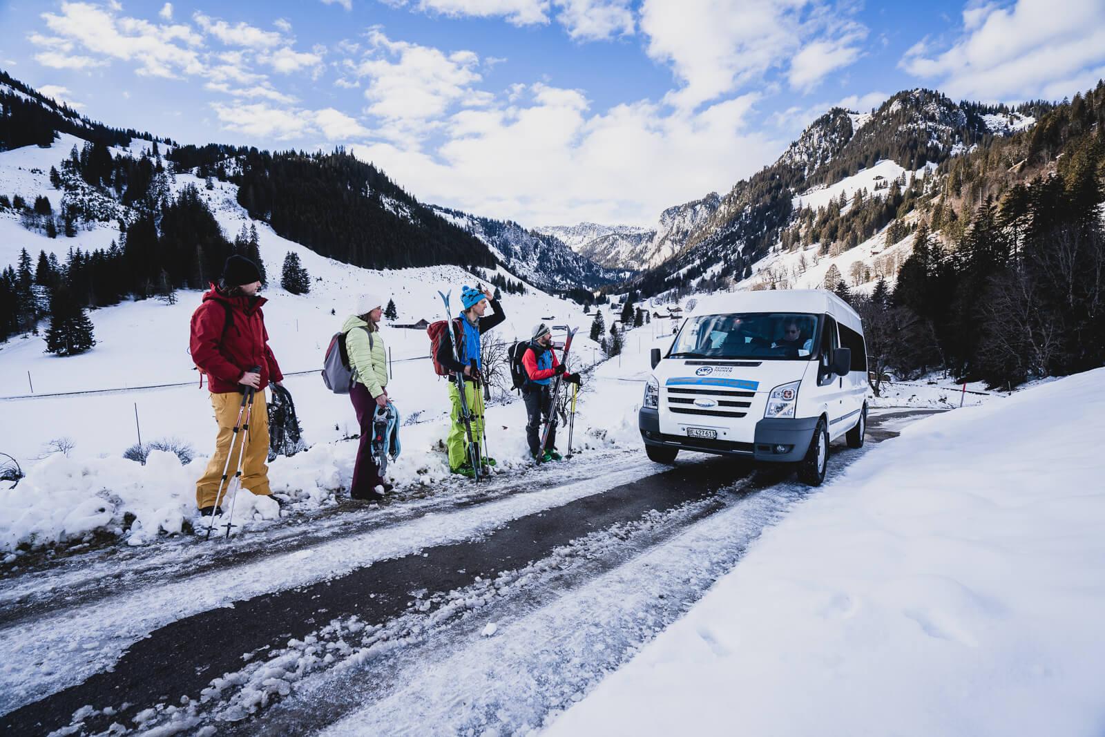 Die Skitourenfahrer warten auf den Schneetourenbus