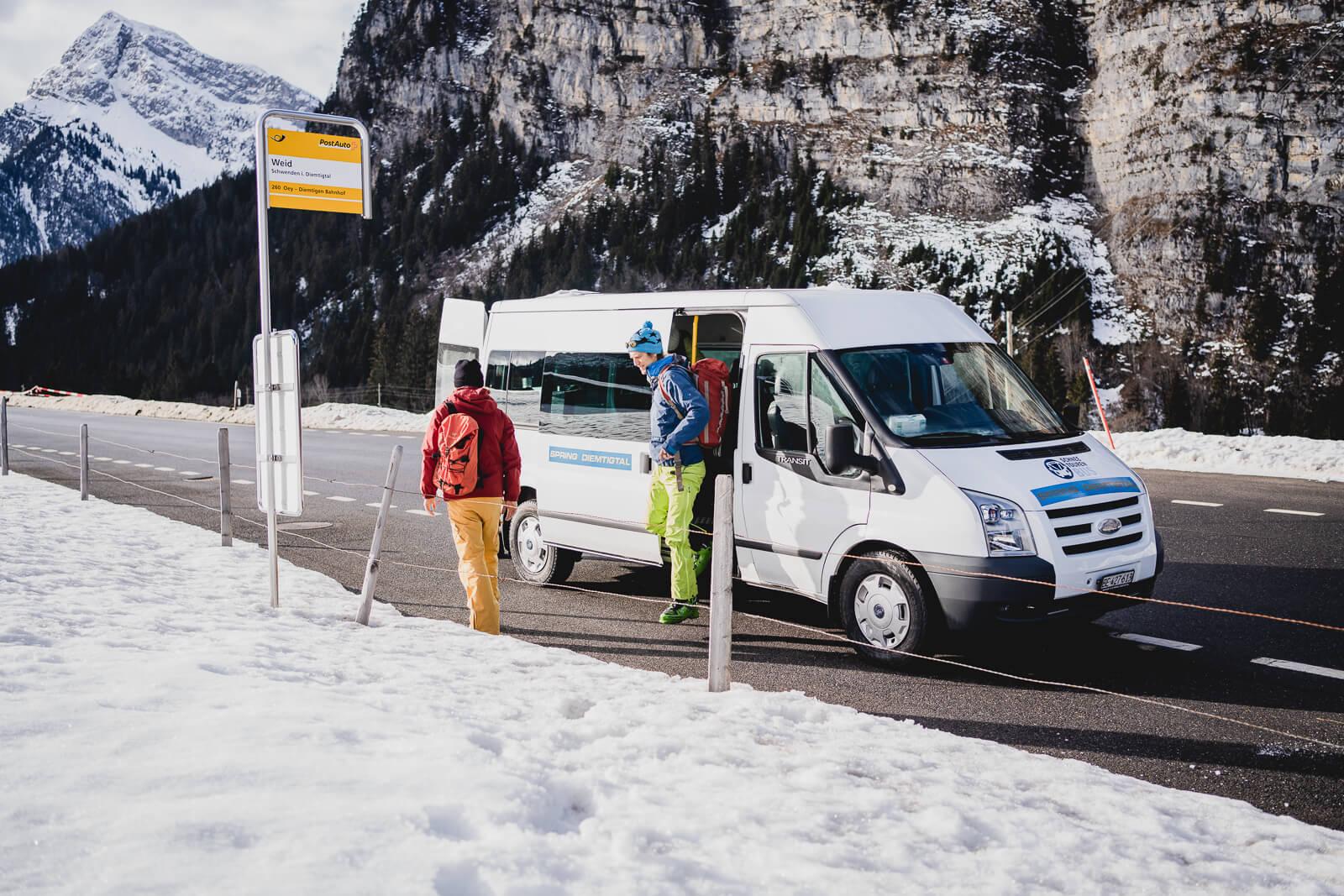 Ankunft des Schneetourenbusses zurück im Tal