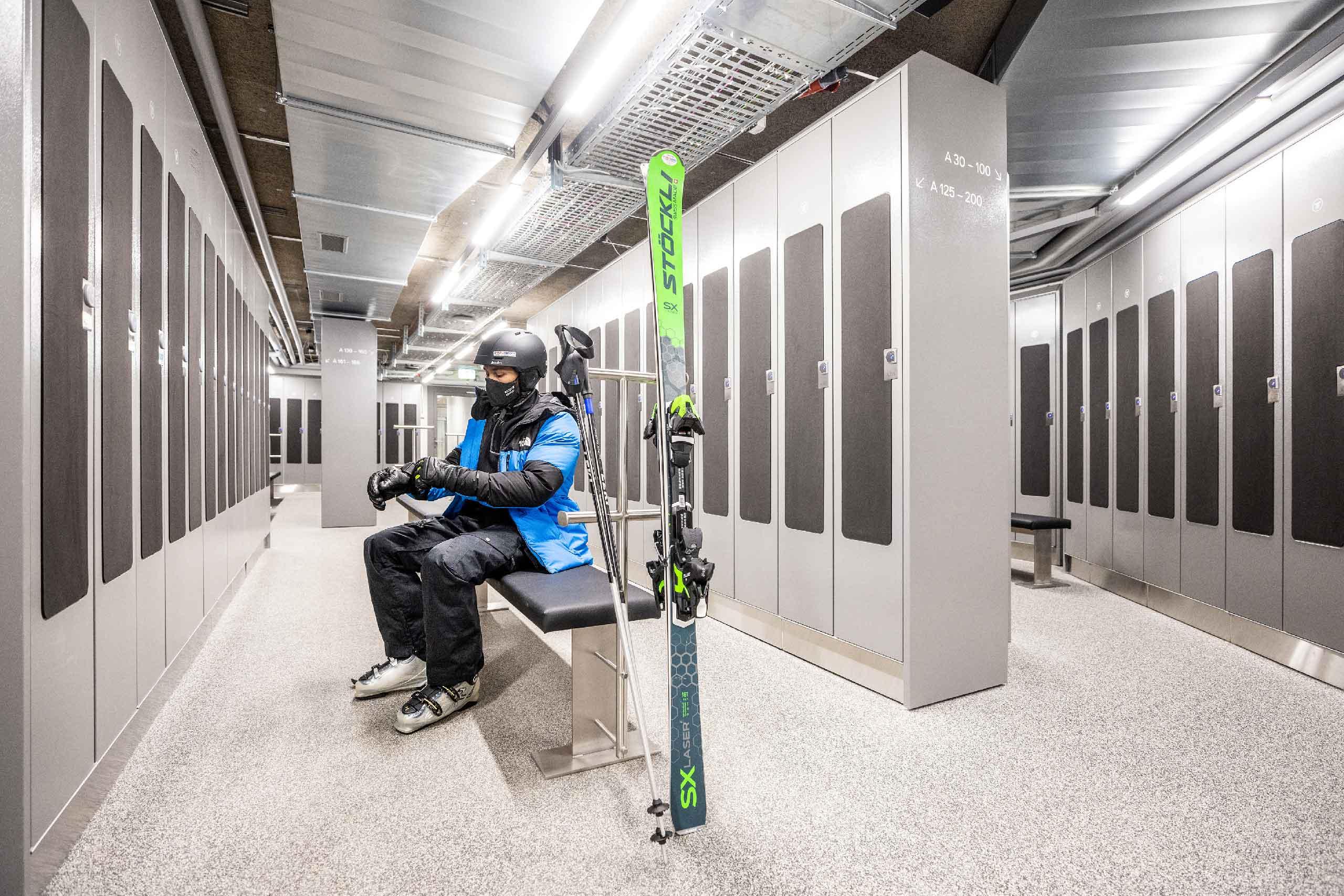 eiger-express-grindelwald-terminal-skidepot-skifahrer-mit-maske.jpg