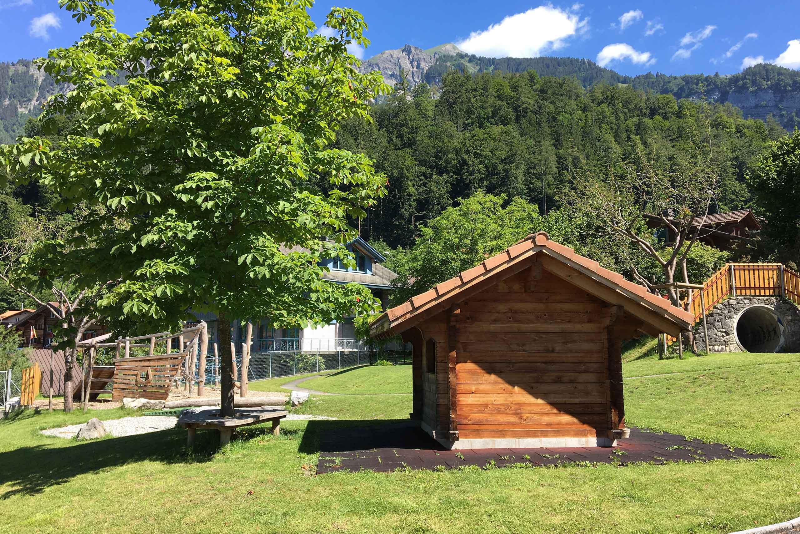 spielplatz-max-buri-brienz-spielhaus-sitzplatz-rasen.jpg