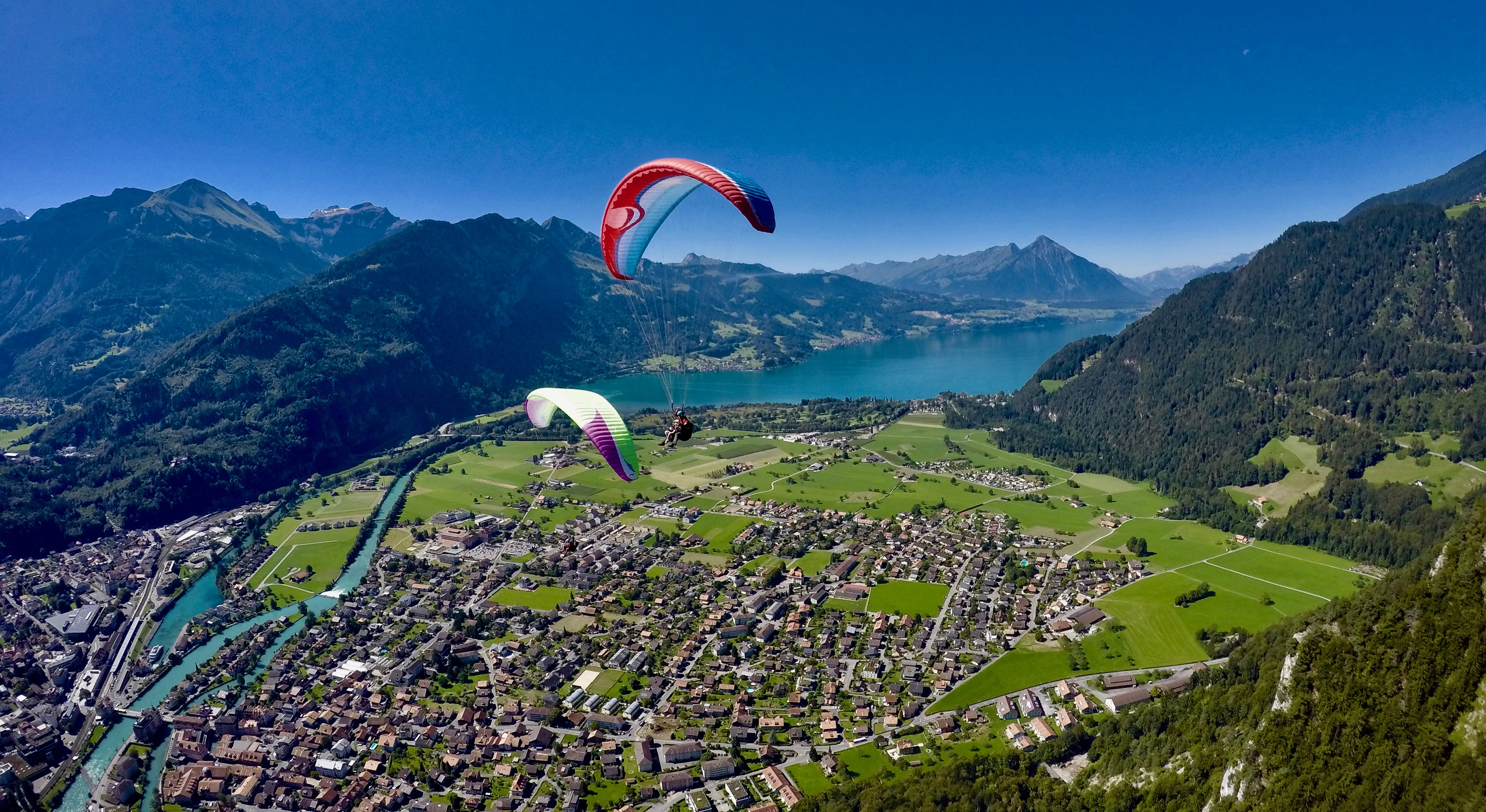 swiss-paragliding-boedeli-aare-thunersee-sommer