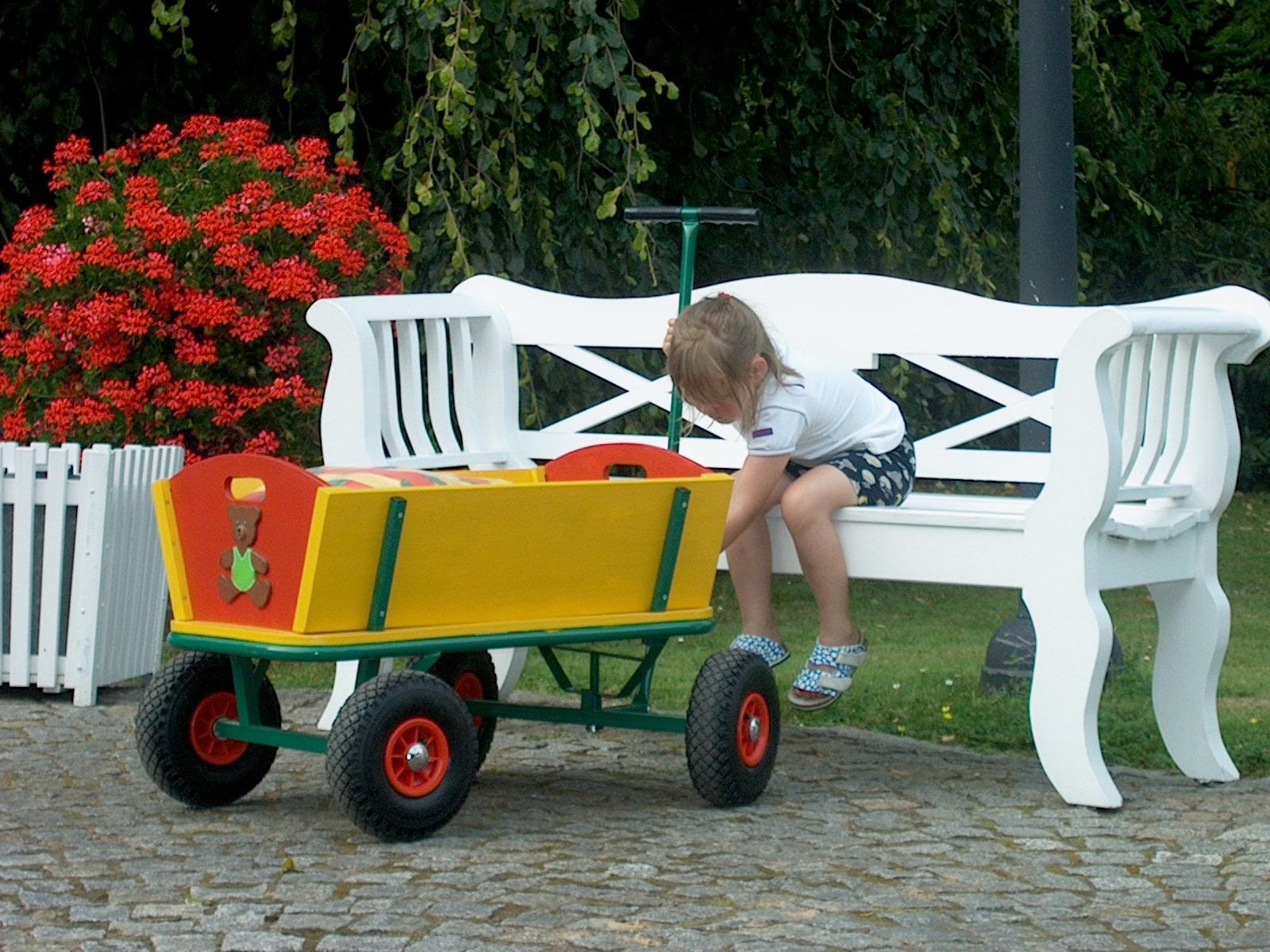 Kind auf Bank im Kurpark