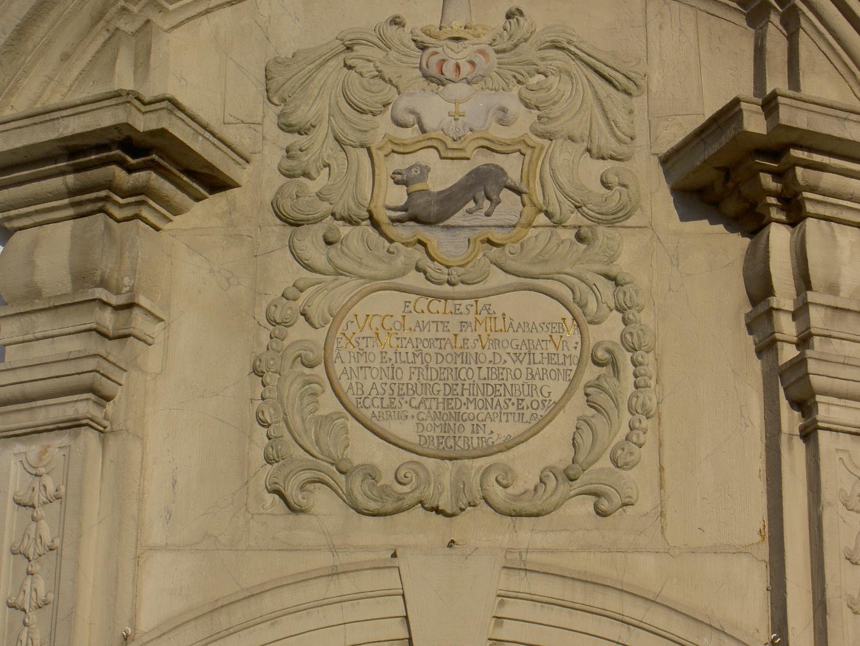 Inschrift über dem Hauptportal der Kirche in Erkeln