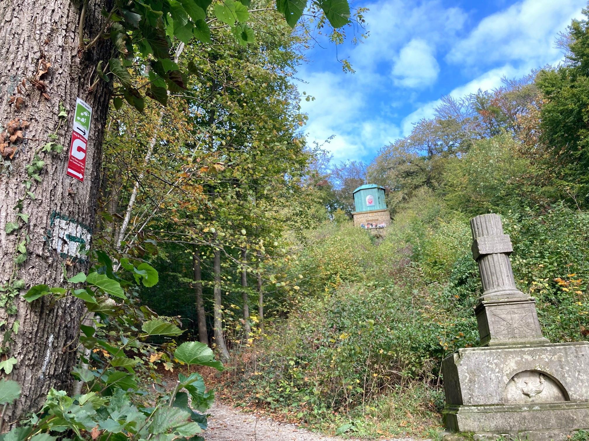 Aussichtspunkt Kaffeemühle, im Vordergrund ist das Hagedorndenkmal zu sehen