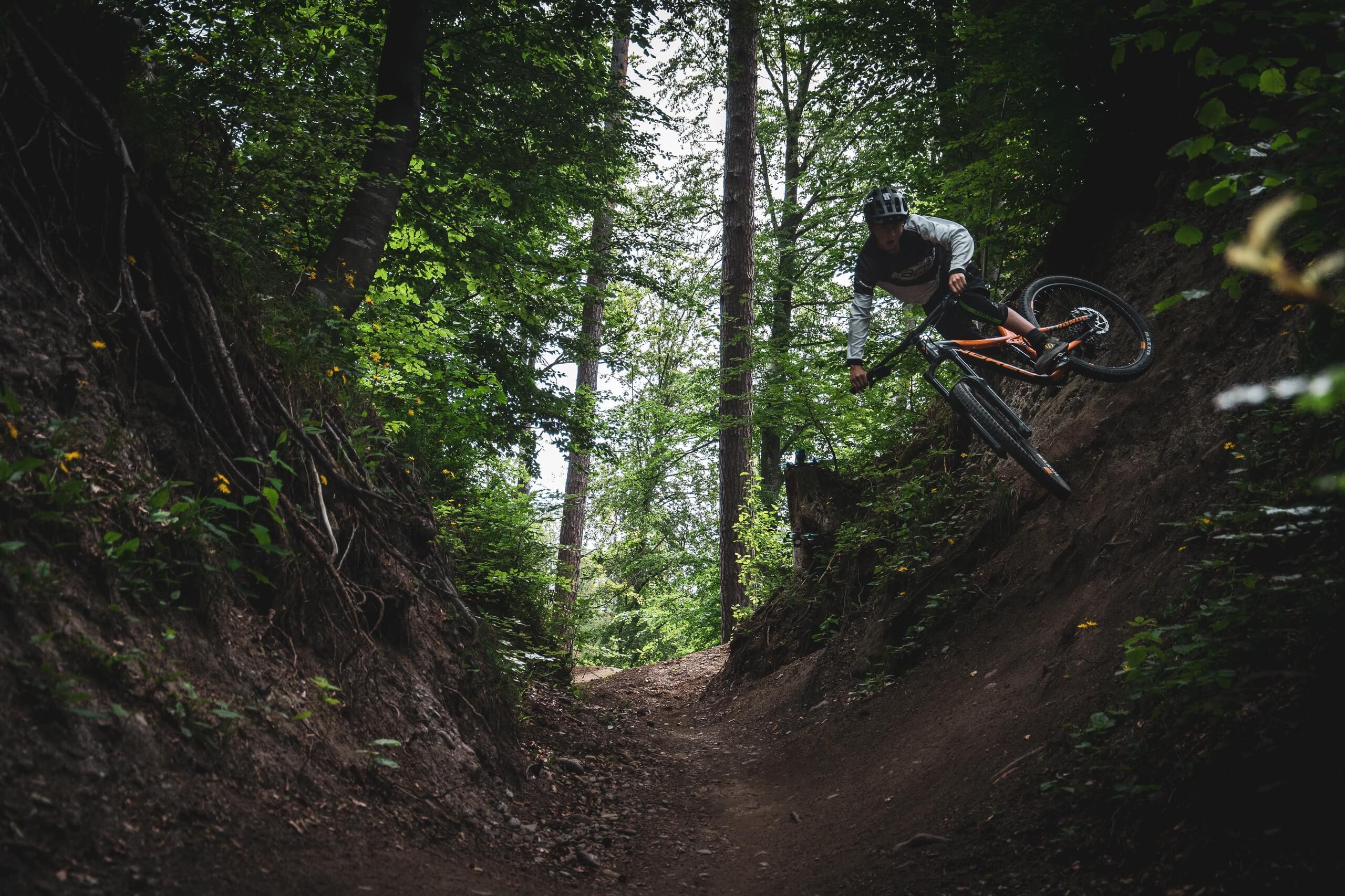 bikepark-thunersee-downhill-waldweg-halfpipe-trick