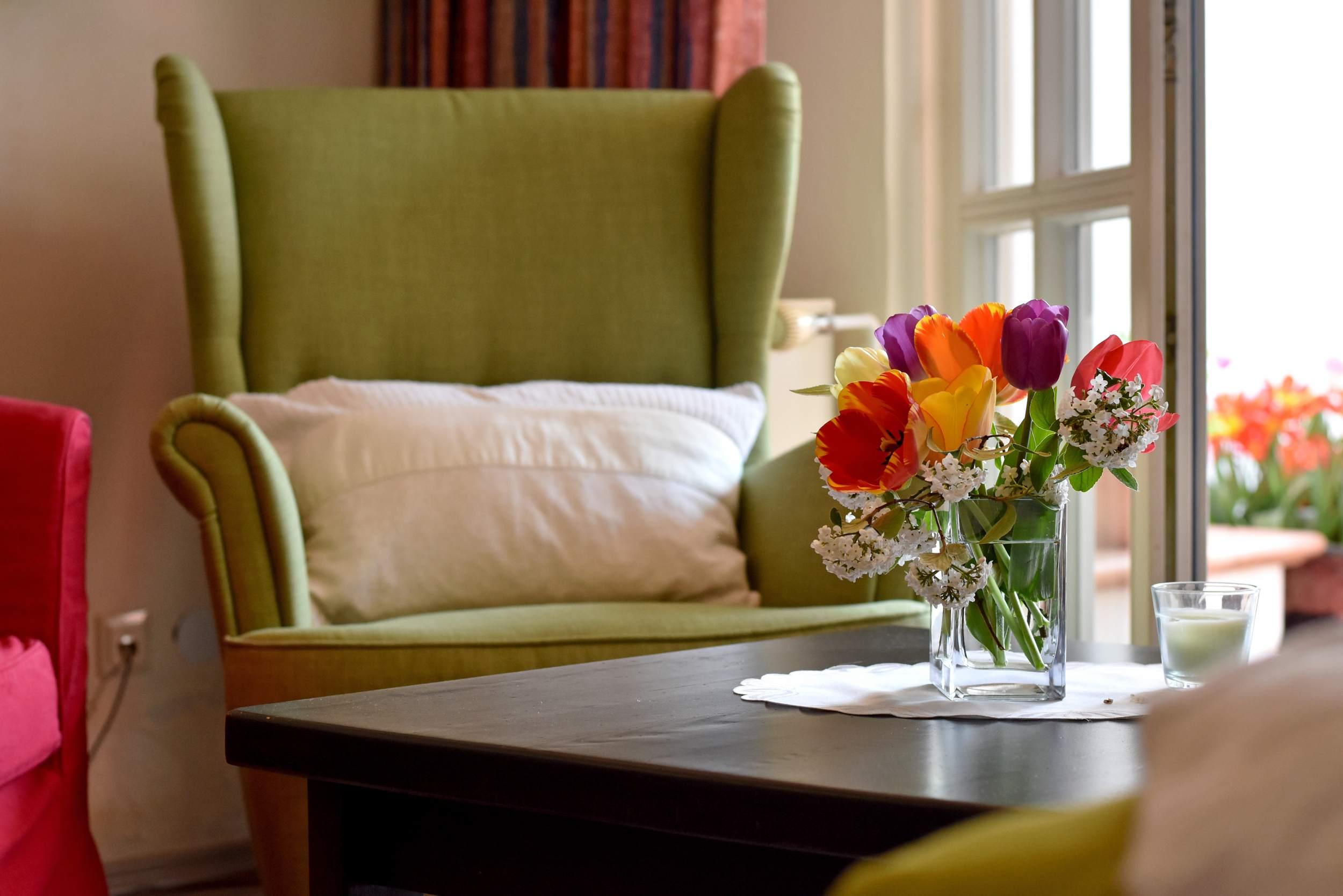 Apartmenthaus Duderstadt - Wohnraum mit Blumendekoration