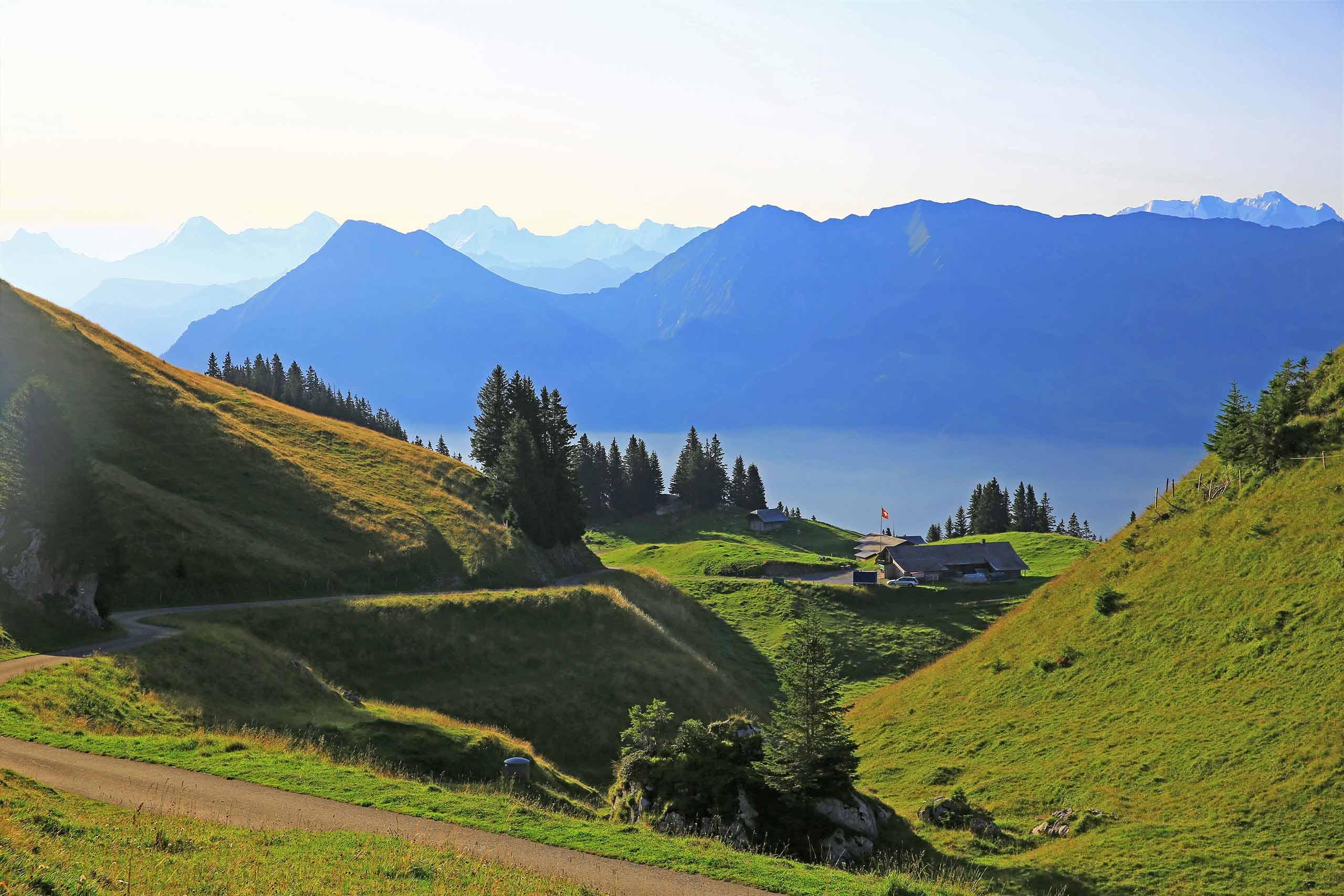stockhorn-trotti-bike-sommer-route-vorderstockenalp-alphuette-berge.jpg