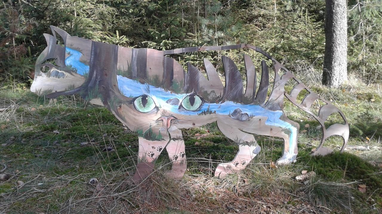 Wildkatzen-Skulptur bemalt