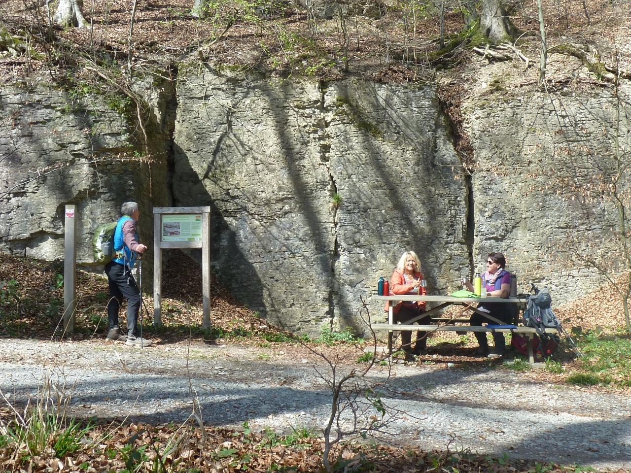 Ehemaliger Steinbruch am Hanstein mit Picknickgruppe